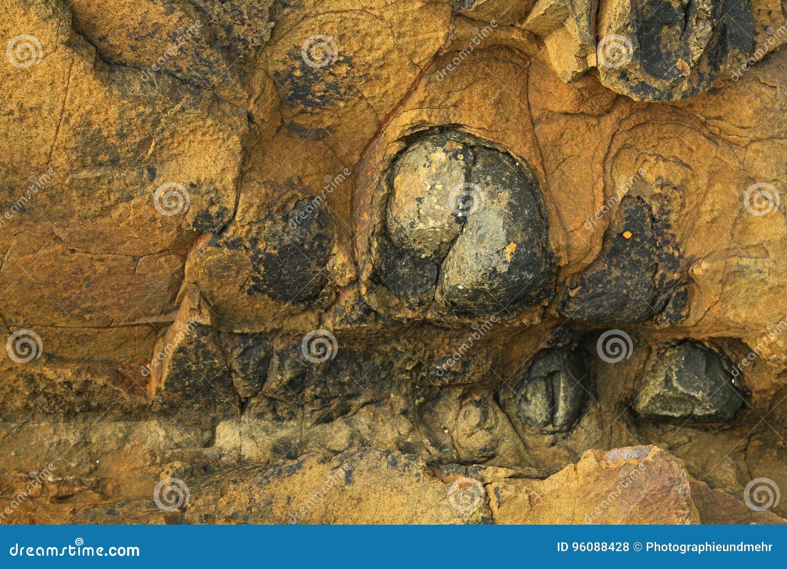 Σύσταση υποβάθρου του καφετιού βράχου με τα σκοτεινά συνημμένα