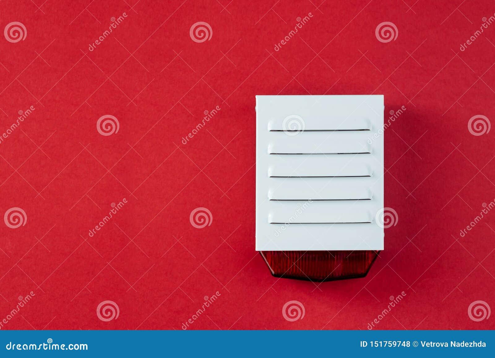 Σύστημα πυρασφάλειας σε ένα κόκκινο υπόβαθρο ενός διαστήματος αντιγράφων