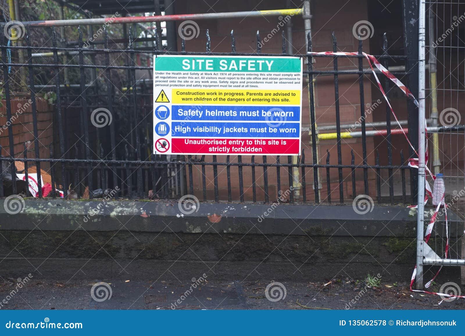 Σύστημα σηματοδότησης πινάκων σημαδιών κανόνων μηνυμάτων υγειών και ασφαλειών εργοτάξιων οικοδομής στο όριο φρακτών