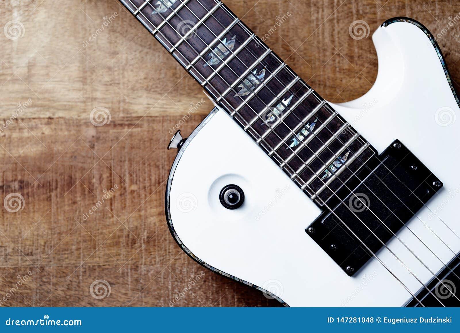 Σώμα και fretboard της σύγχρονης ηλεκτρικής κιθάρας στο αγροτικό ξύλινο υπόβαθρο ?