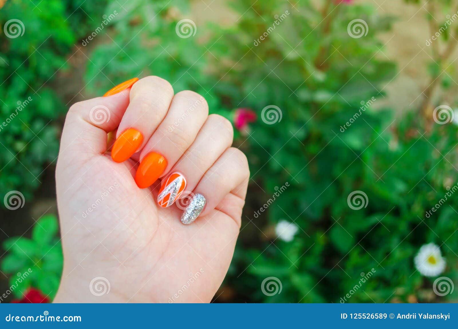 Τέλειο μανικιούρ και φυσικά καρφιά Ελκυστικό σύγχρονο σχέδιο τέχνης καρφιών πορτοκαλί σχέδιο φθινοπώρου μακριά καλά-καλλωπισμένα