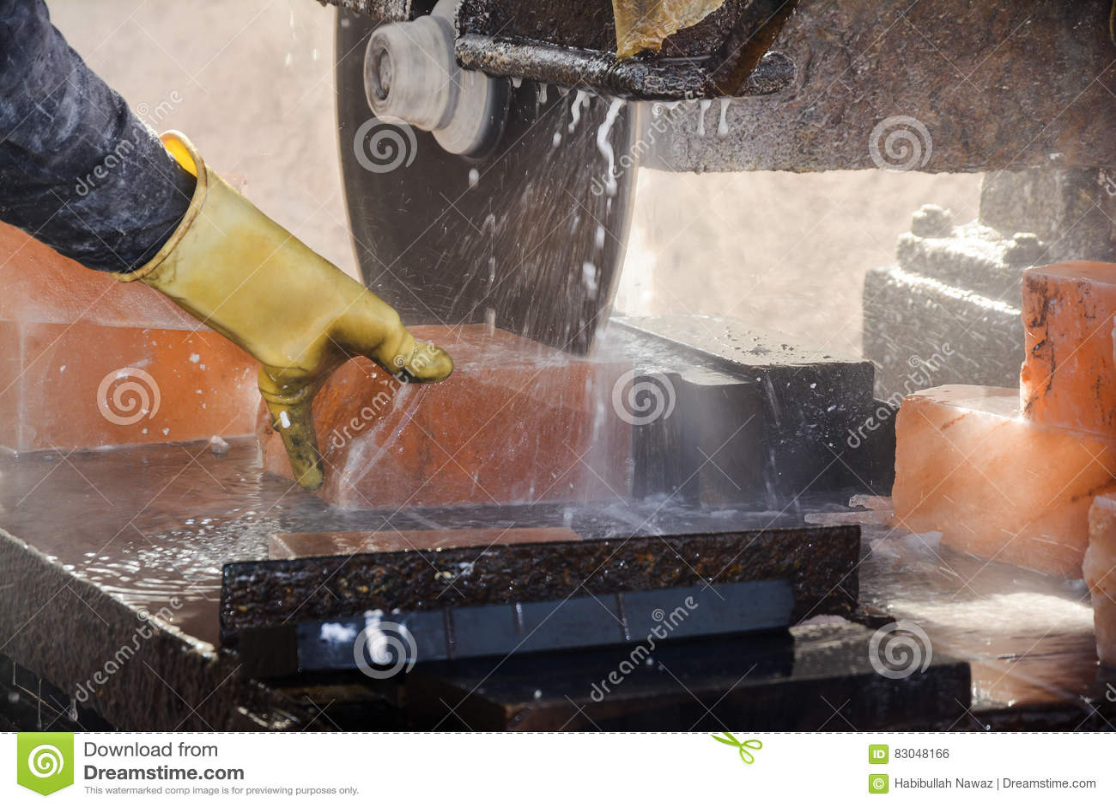 Τέμνον άλας βράχου για να κάνει τα κεραμίδια