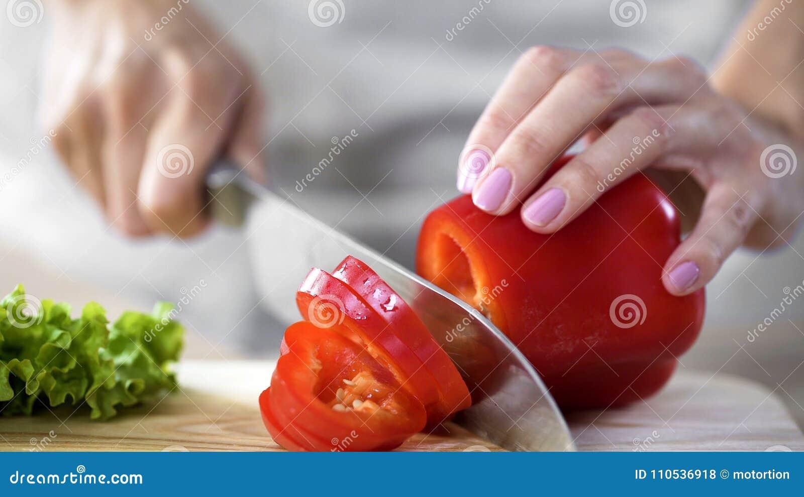 Τέμνον πιπέρι μητέρων για τη σαλάτα μεσημεριανού γεύματος στην κουζίνα στο σπίτι, υγειονομική περίθαλψη, χόμπι