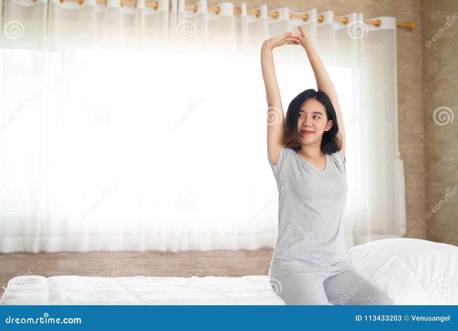 Τέντωμα κοριτσιών Asain στο κρεβάτι