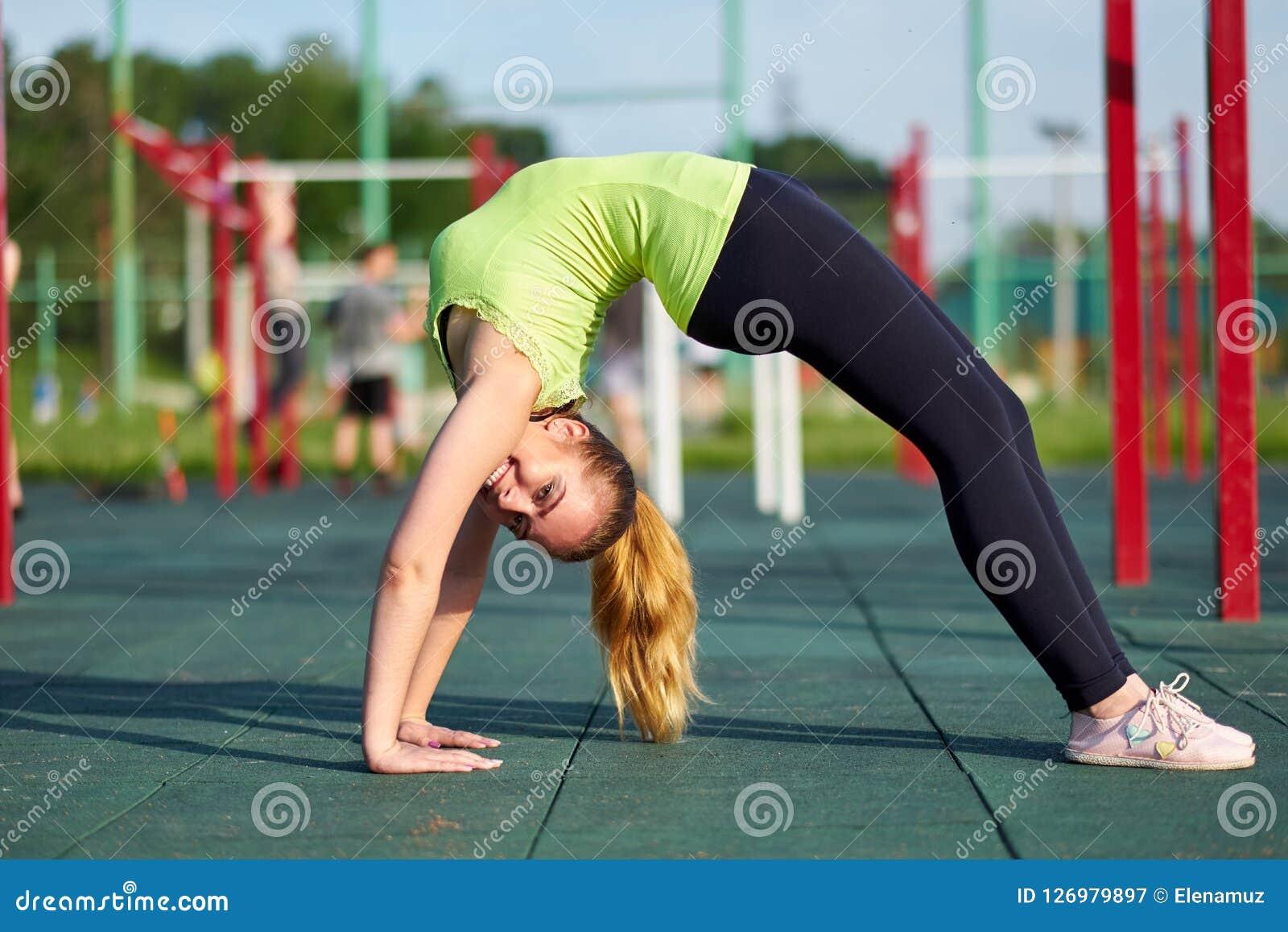 Τέντωμα danser ή gymnast τραίνα κατάρτισης γυναικών στο χώρο αθλήσεων workout Να κάνει τη γέφυρα άσκησης