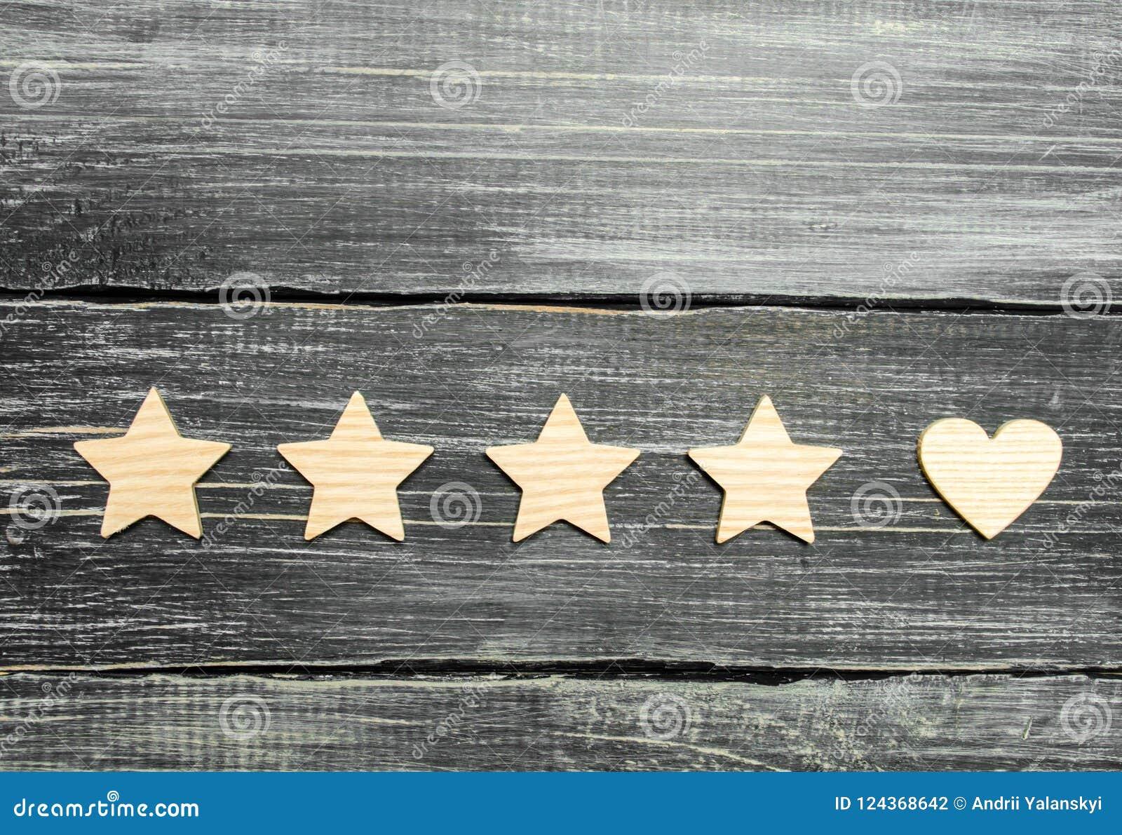 Τέσσερα αστέρια και μια καρδιά σε ένα σκοτεινό υπόβαθρο Επιλογή του χρήστη και των πελατών Καθολικοί αναγνώριση και θαυμασμός Εκτ
