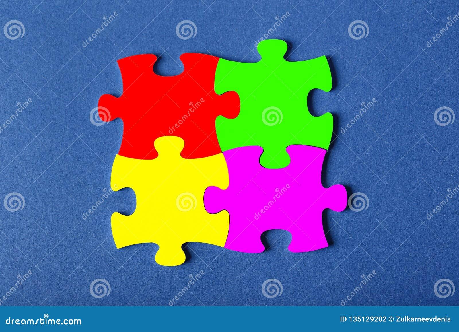 Τέσσερα στερέωσαν τους γρίφους των διαφορετικών χρωμάτων στο μπλε υπόβαθρο