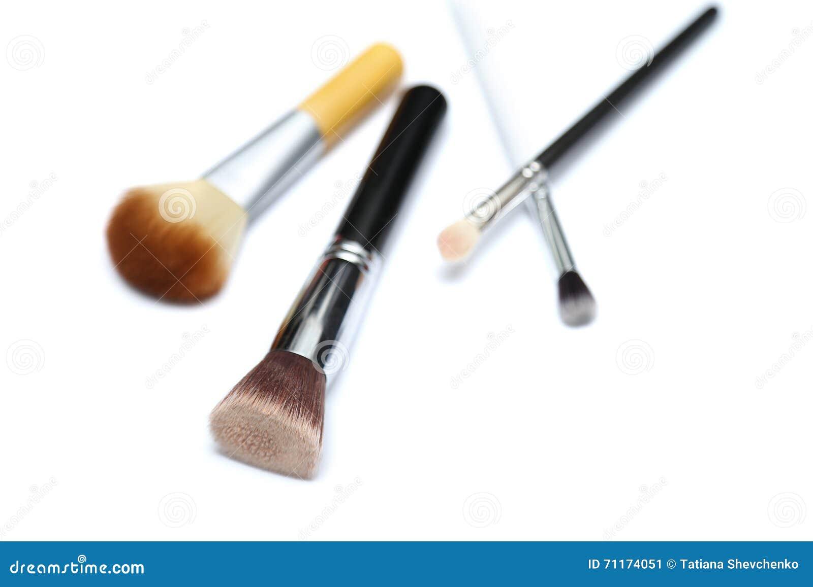 Τέσσερις βούρτσες makeup που απομονώνονται στο άσπρο υπόβαθρο