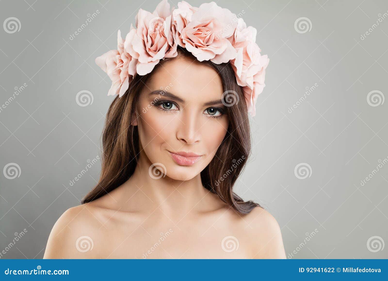Τέλειο κορίτσι με τα ρόδινα λουλούδια και τη φρέσκια άνοιξη Makeup