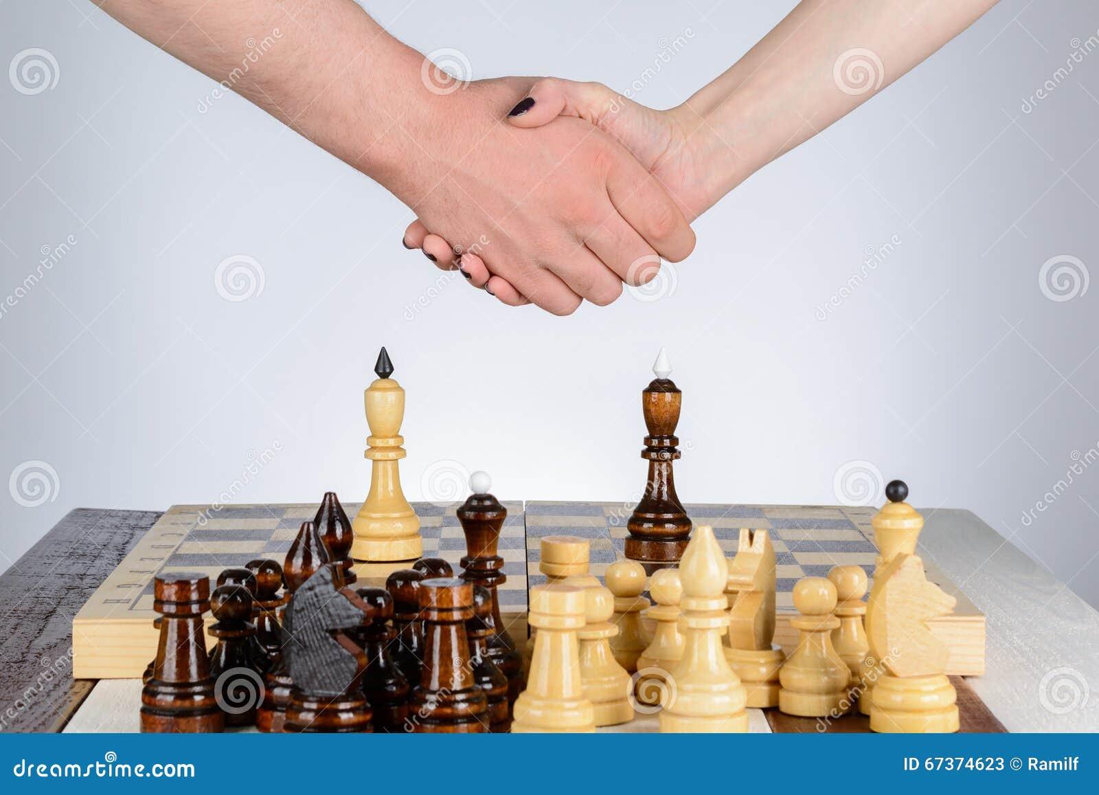 Τίναγμα των χεριών μετά από ένα παιχνίδι του σκακιού