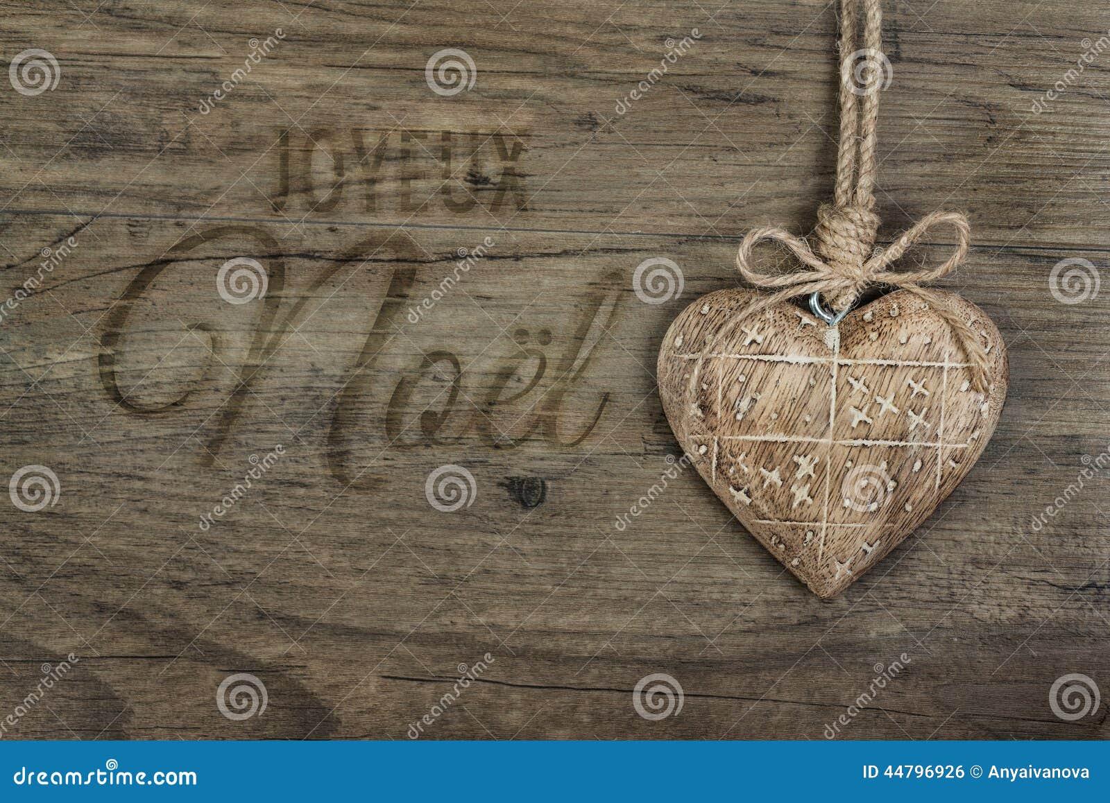 Τίτλος σε γαλλικό Joyeux Noel στο μμένο χειρόγραφο επιστολών στο ξύλο με μια καρδιά