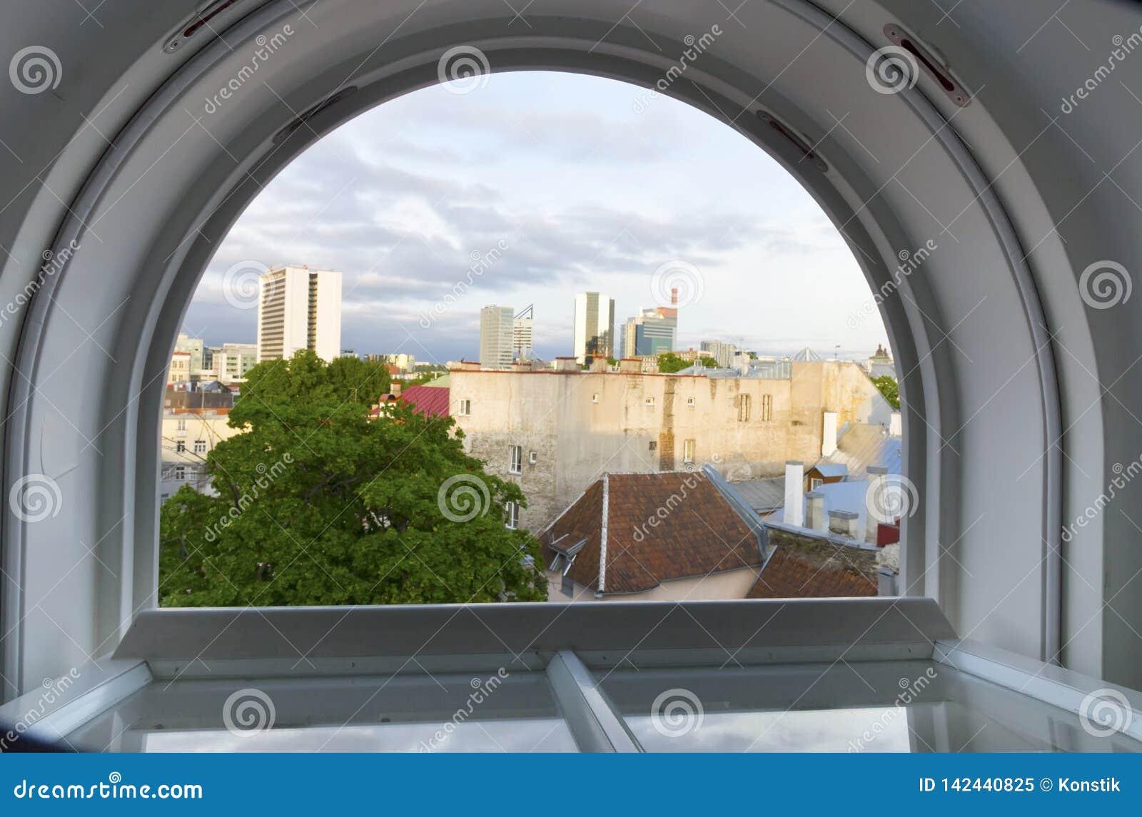 Ταλίν Άποψη από το παράθυρο στεγών στις στέγες της παλαιάς πόλης και των σύγχρονων σπιτιών στην απόσταση