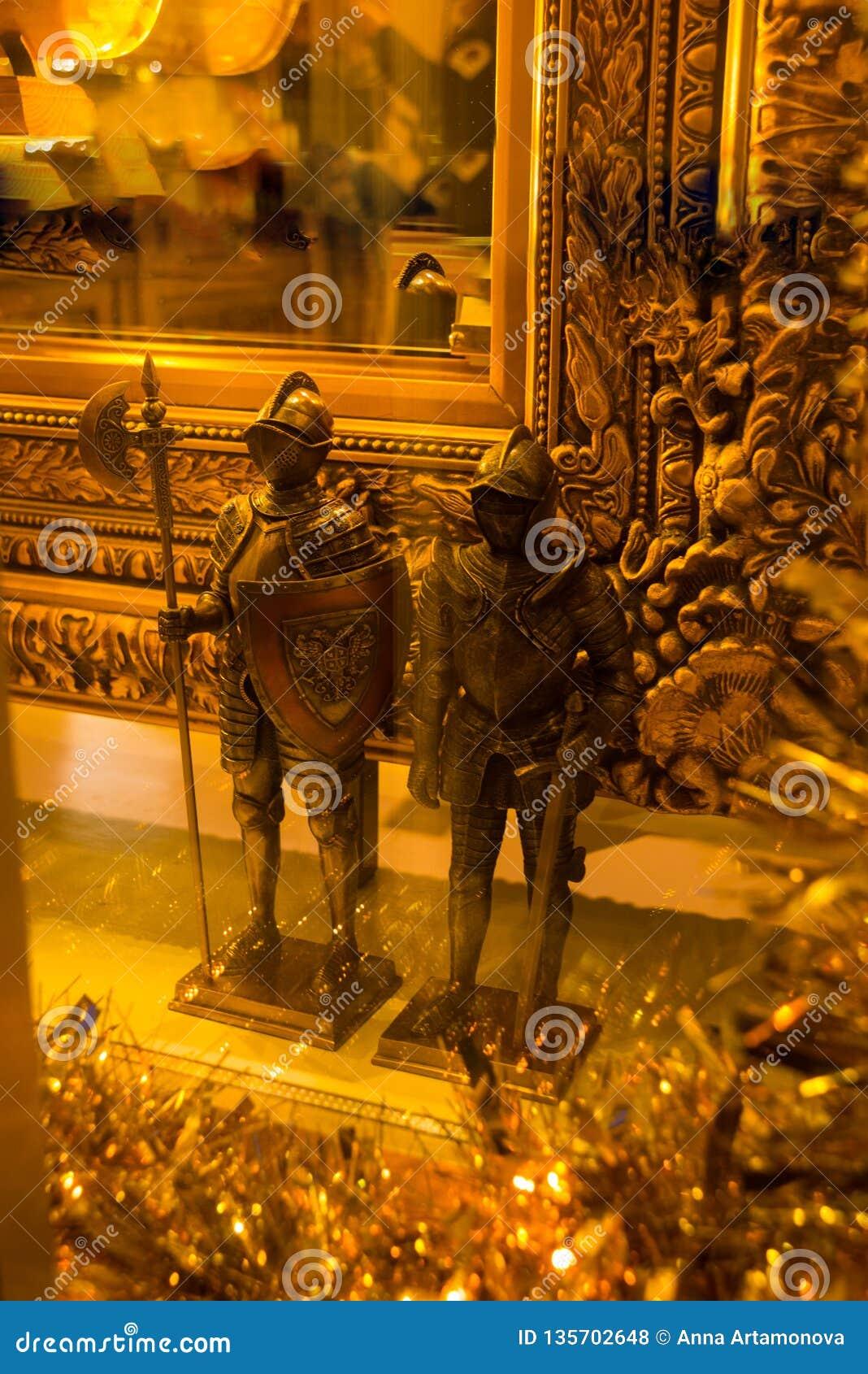 Ταλίν, Εσθονία: Αγάλματα των χρυσών μεσαιωνικών ιπποτών στο κατάστημα αναμνηστικών