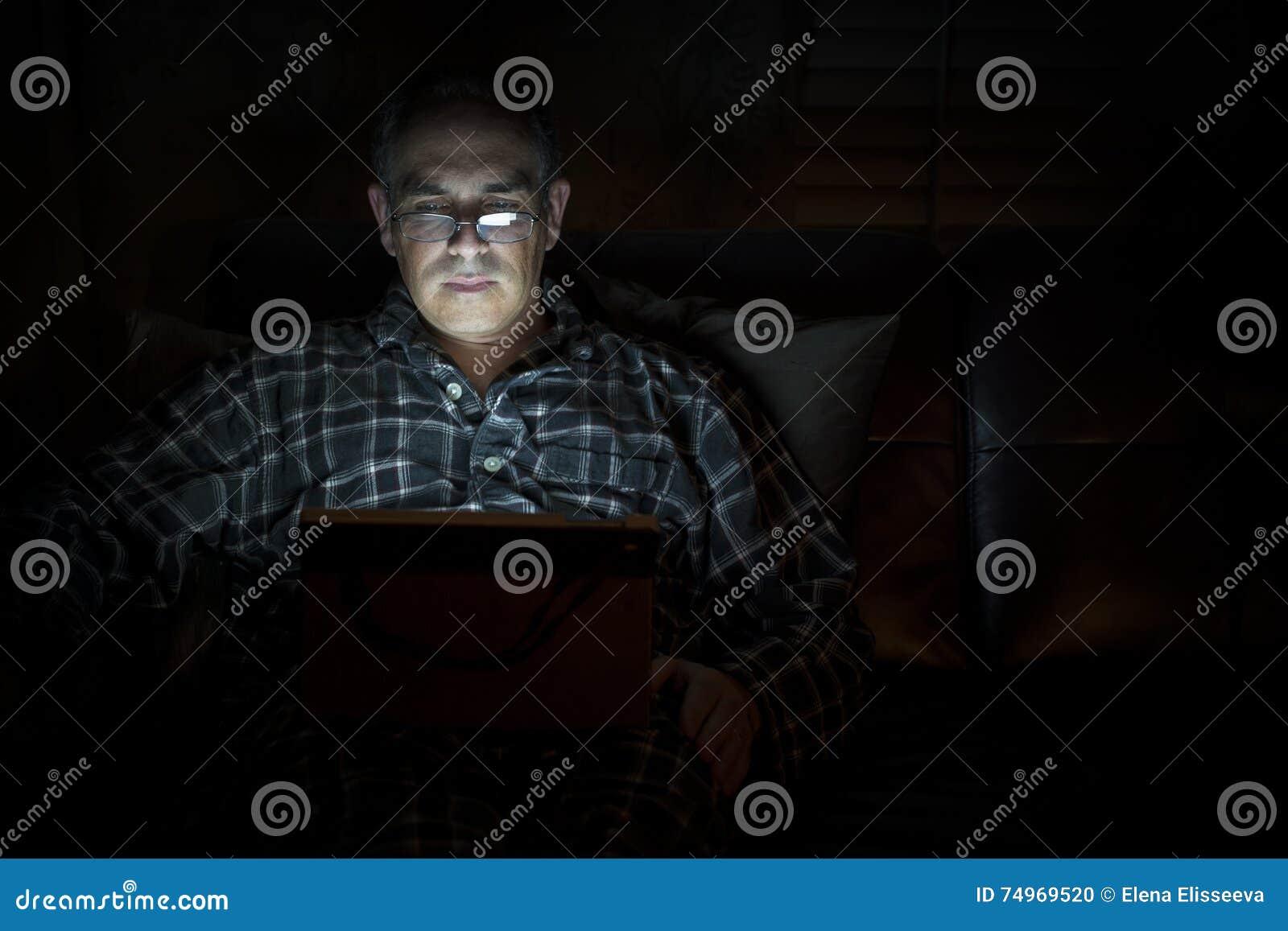 Ταμπλέτα ανάγνωσης ατόμων τη νύχτα