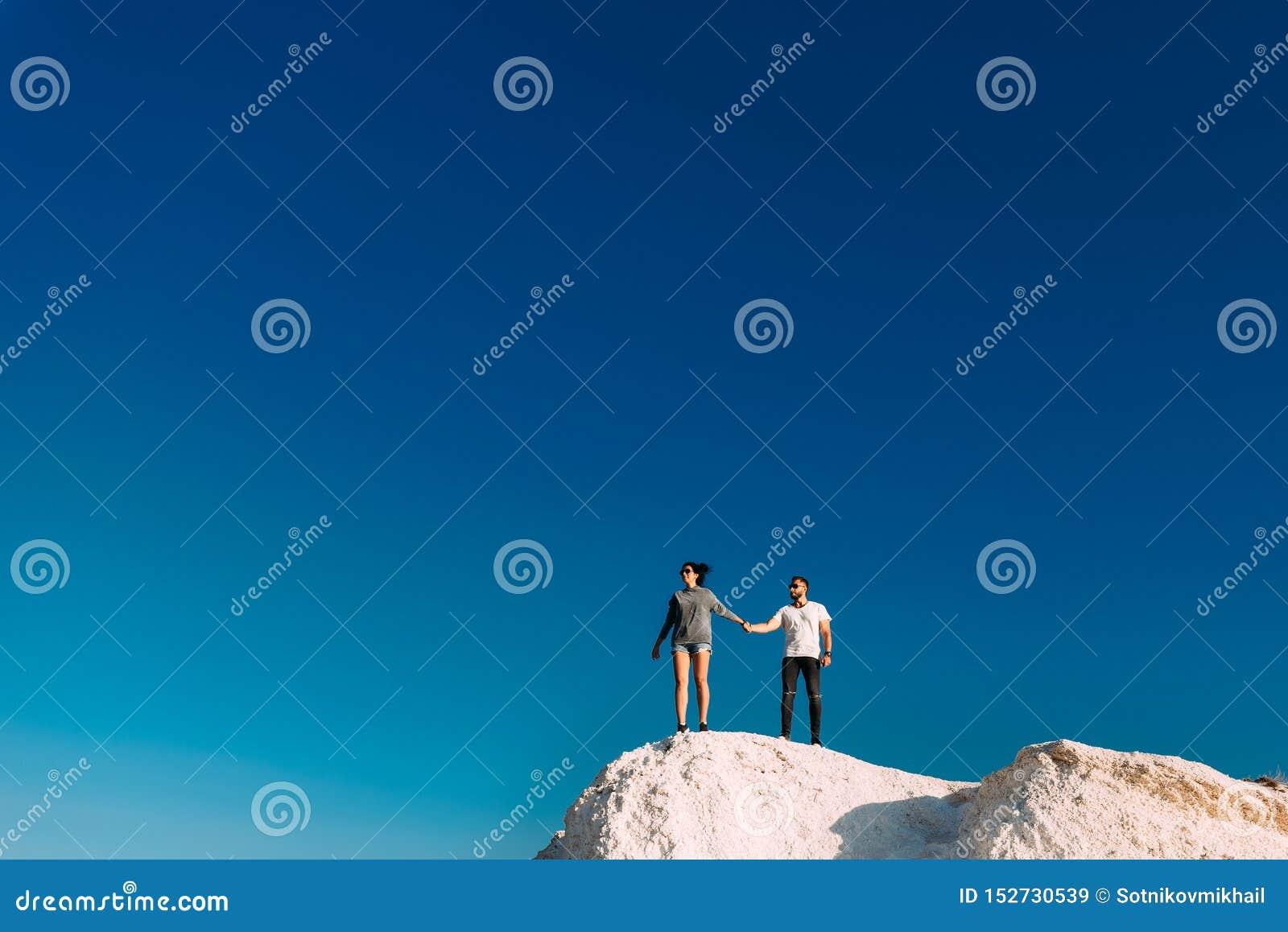 Ταξίδια ζεύγους Άνδρας και γυναίκα που στέκονται στο βουνό Ερωτευμένα ταξίδια ζευγών Ένα ζεύγος στην Τουρκία Ταξίδι μήνα του μέλι