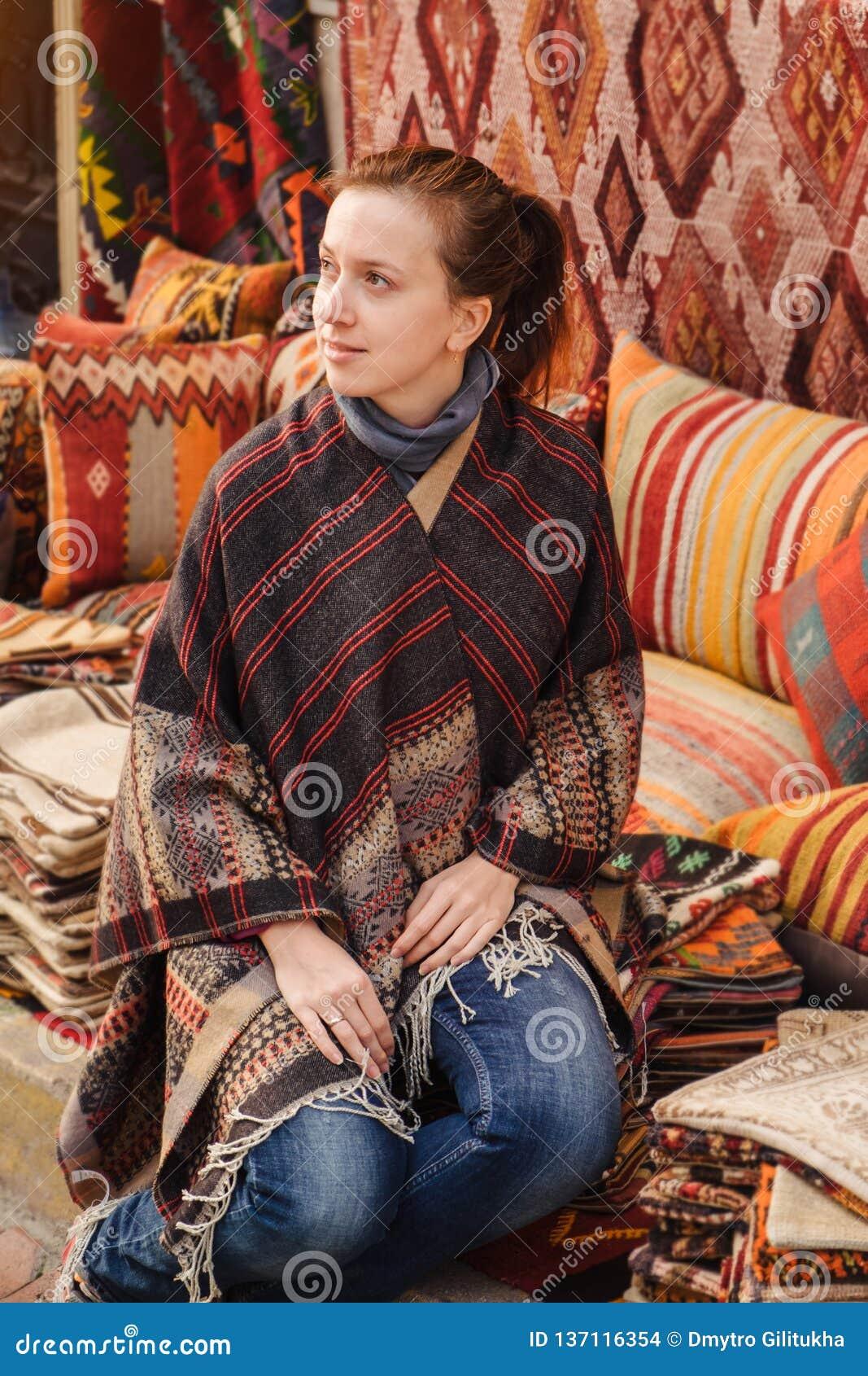 Ταξίδι στην Τουρκία Η γυναίκα βλέπει στο παραδοσιακό τουρκικό κλωστοϋφαντουργικό προϊόν