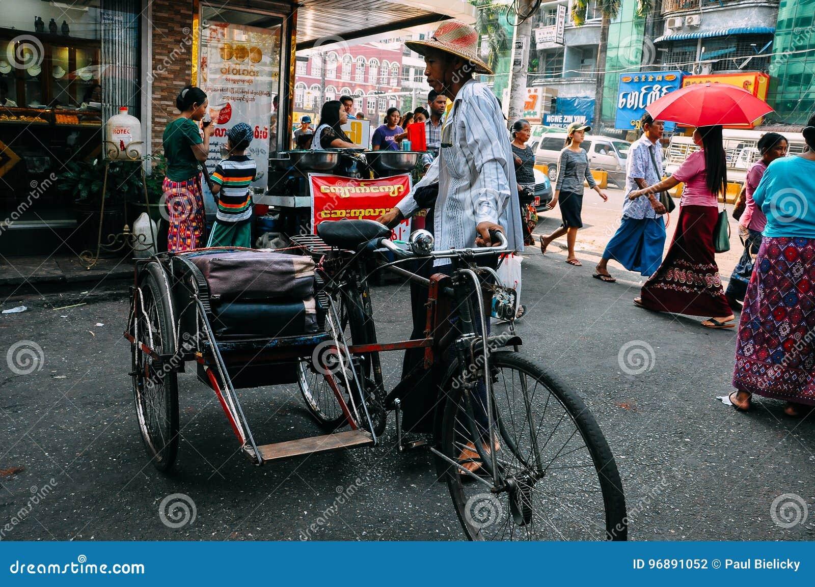 Ταξί ποδηλάτων που περιμένει τους πελάτες σε Yangon