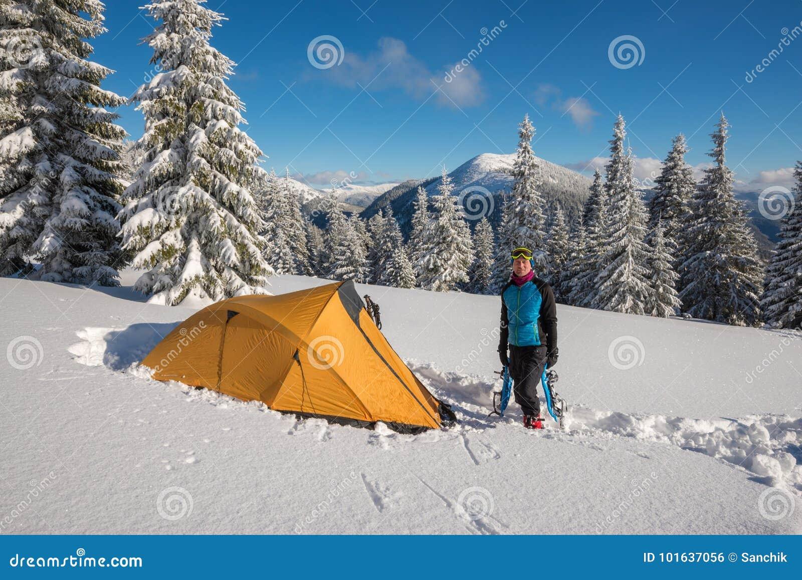 Ταξιδιωτικές στάσεις σε ένα βαθύ χιόνι κοντά σε μια σκηνή