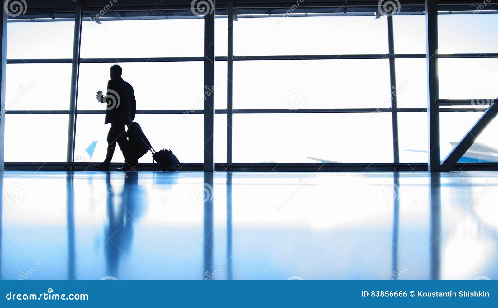 Ταξιδιώτες - διοικητής αεροσκαφών με τον καφέ για να πάει στον αερολιμένα μπροστά από το παράθυρο, σκιαγραφία