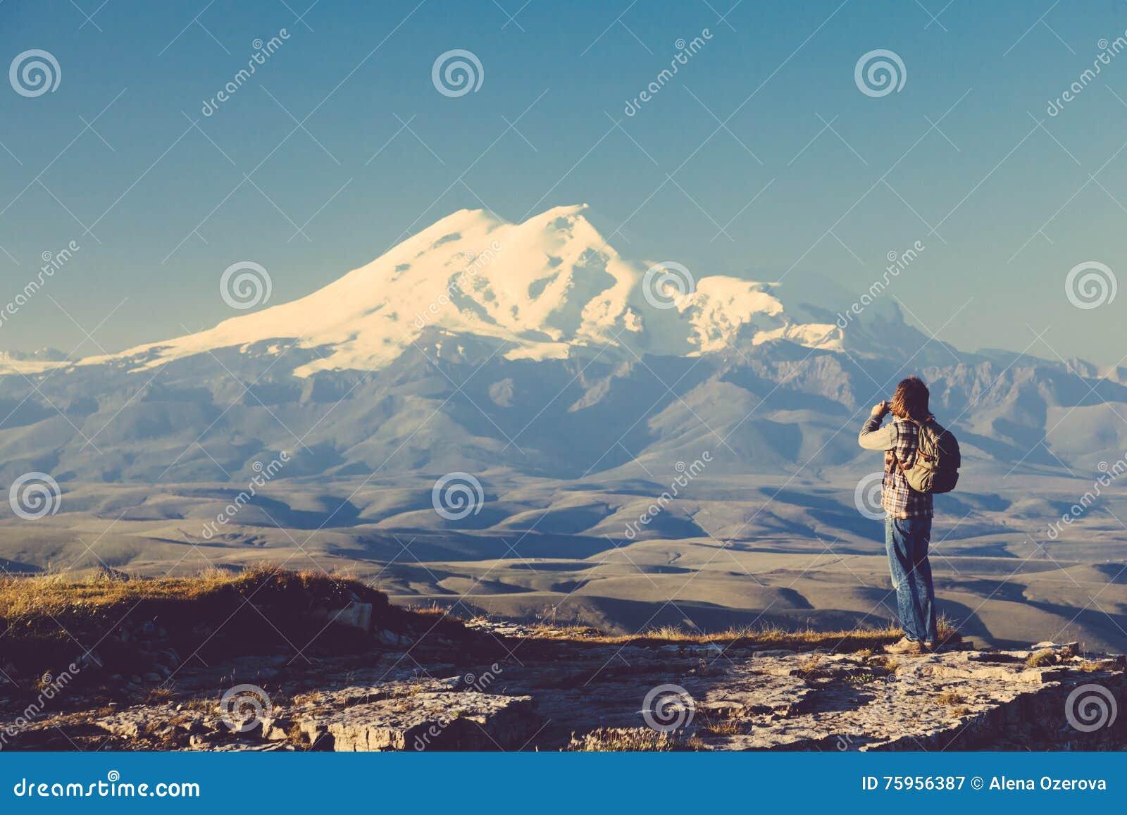 Ταξιδιώτης που κοιτάζει στο βουνό Elbrus