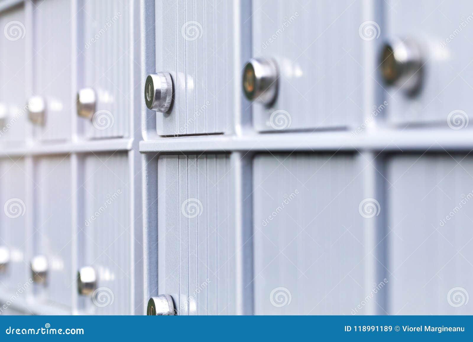 Ταχυδρομικές θυρίδες και κλειδαριά μετάλλων στο εμπορικό κέντρο ενός αστικού γείτονα