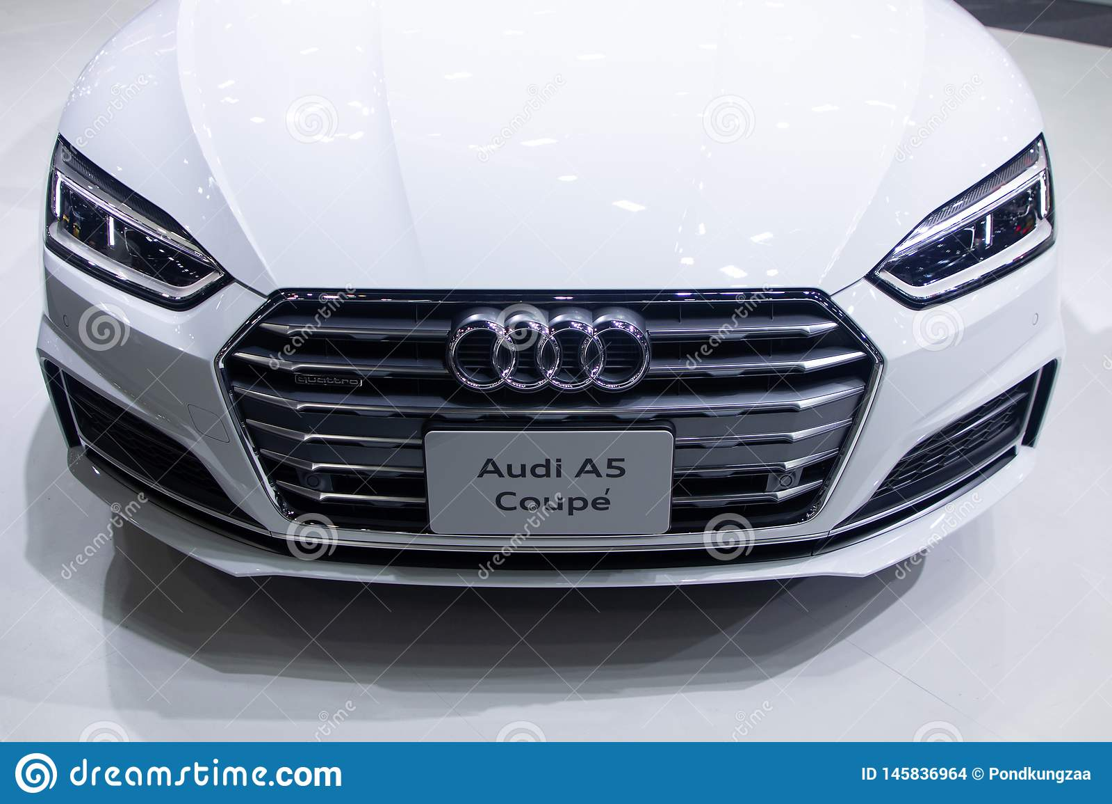 Ταϊλάνδη - το Δεκέμβριο του 2018: κλείστε την ευθεία άποψη του αυτοκινήτου Audi A5 Coupe που παρουσιάζεται στη μηχανή EXPO Nontha