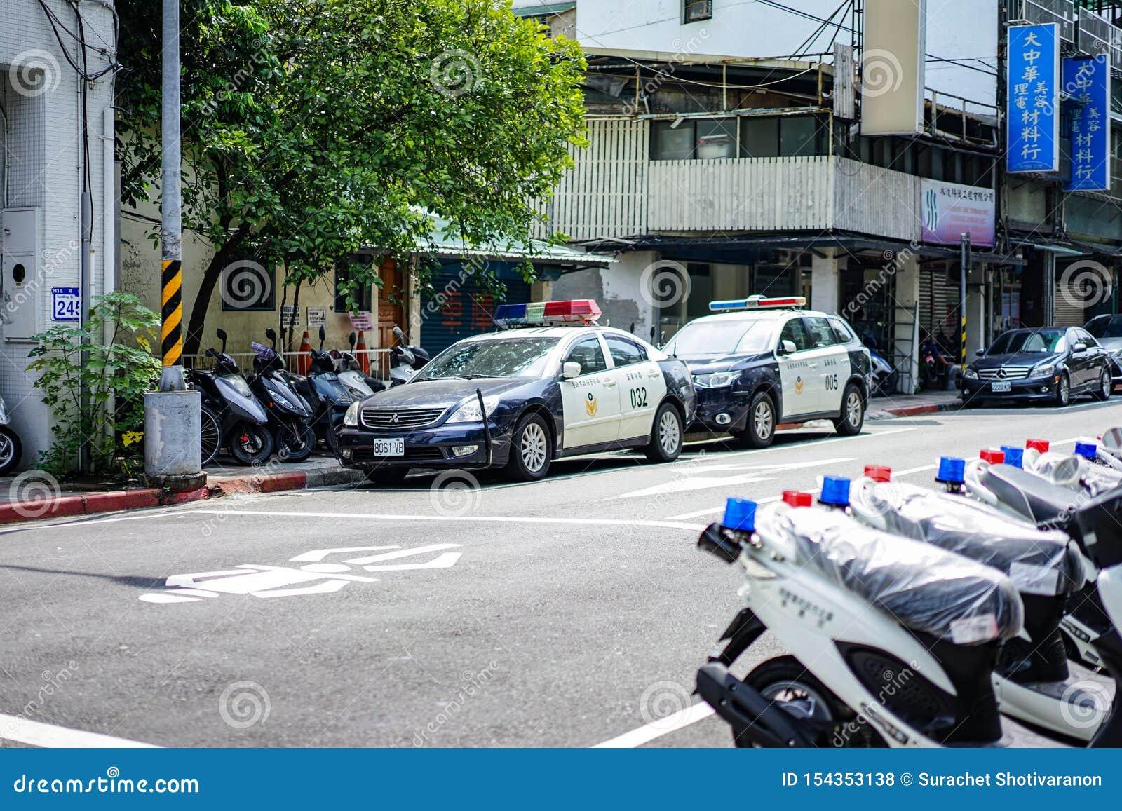 Ταϊπέι, ΤΑΪΒΑΝ - 3 Οκτωβρίου 2017: Τα περιπολικά της Αστυνομίας της Ταϊβάν και motocycle στάθμευαν εκτός από την οδό κοντά στο ασ
