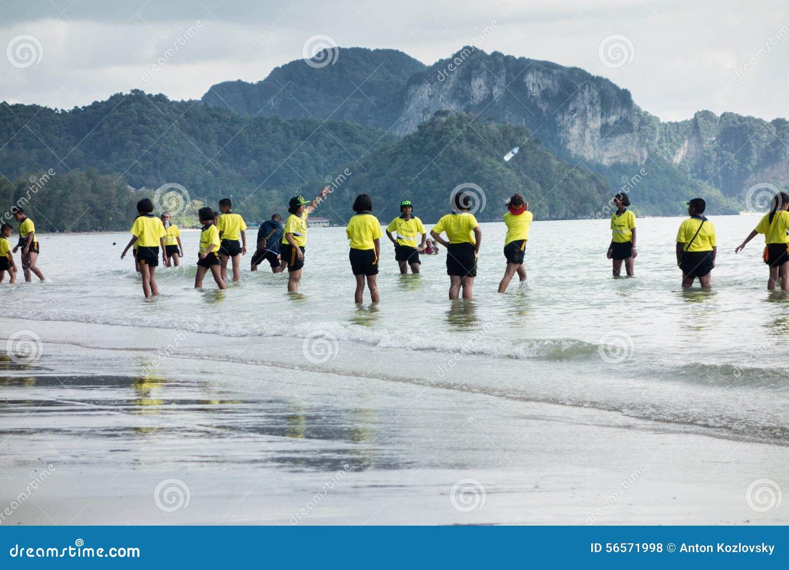 Download Ταϊλανδικά Schoolkids που παίζουν στην παραλία Εκδοτική Στοκ Εικόνες - εικόνα από παπούτσια, σχολείο: 56571998