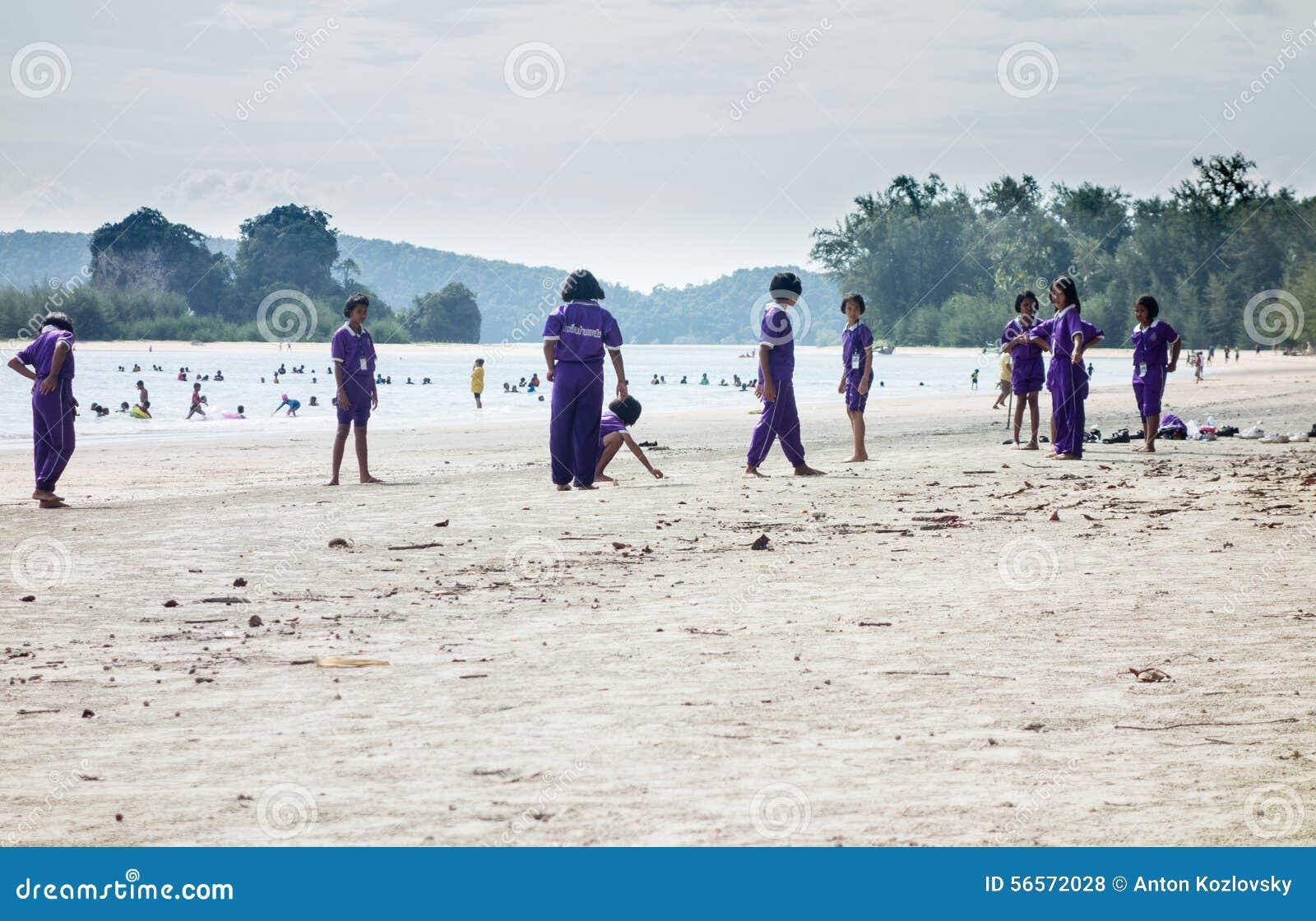 Download Ταϊλανδικά Schoolkids που παίζουν στην παραλία Εκδοτική Στοκ Εικόνες - εικόνα από schoolkid, εκμάθηση: 56572028