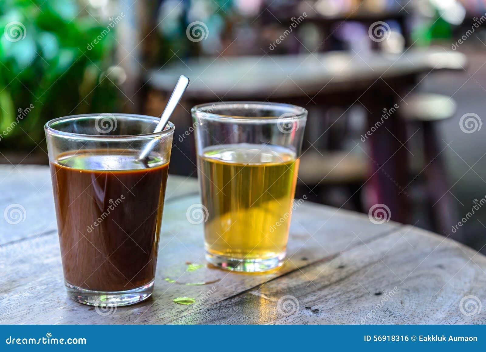Ταϊλανδικός τοπικός καυτός καφές με το καυτό τσάι στον ξύλινο πίνακα