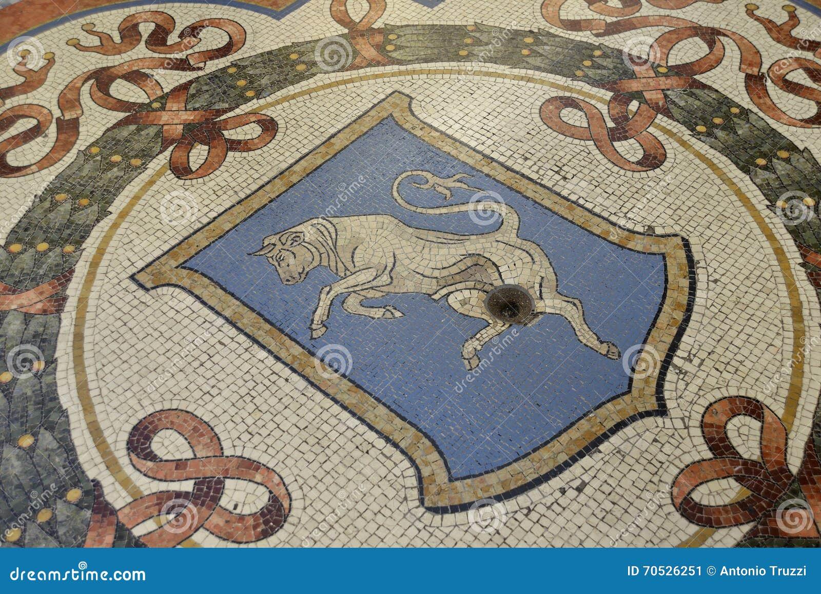 Ταύρος μωσαϊκών στο Galleria Vittorio Emanuele στο Μιλάνο