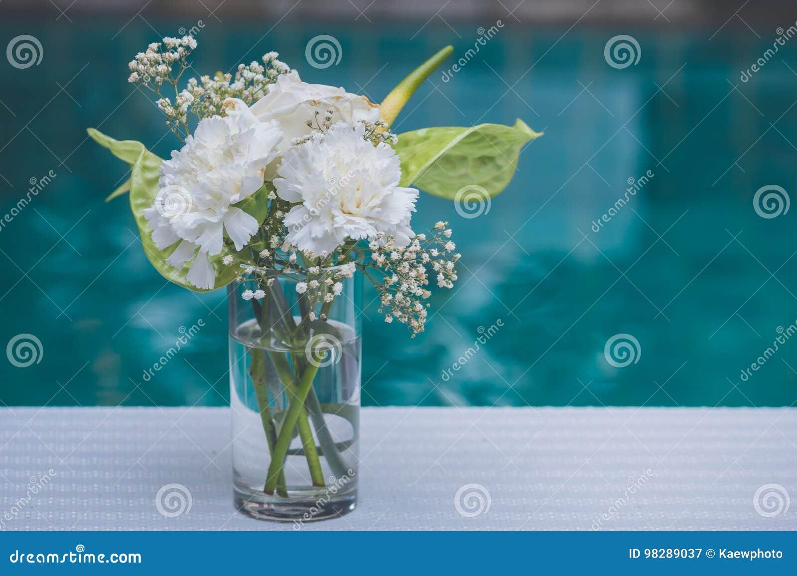 f637f7d4b2f0 Τα άσπρα λουλούδια στα βάζα διακοσμούν έναν πίνακα Στοκ Εικόνα ...