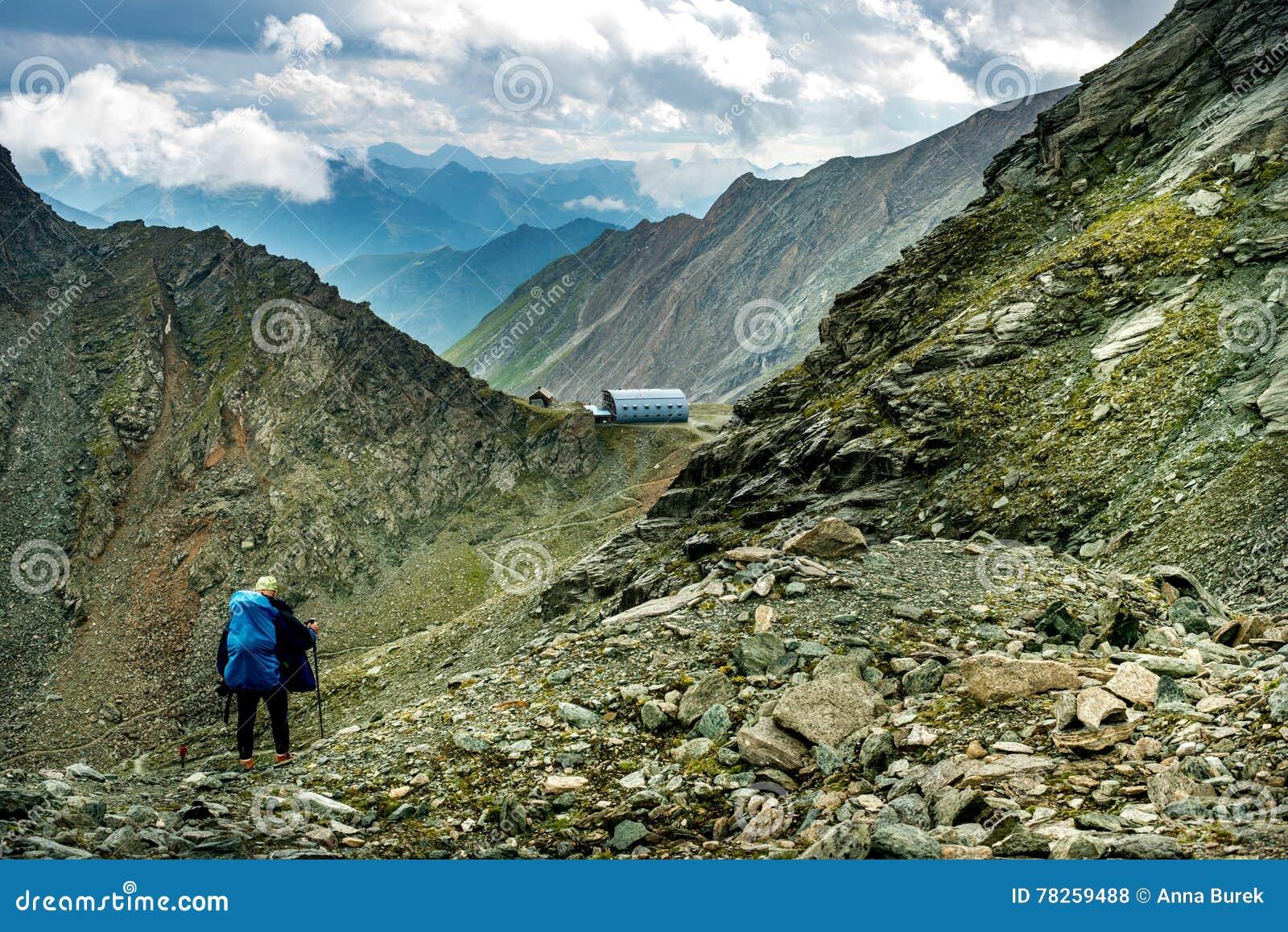 Τα άτομα περπατούν σε έναν δρόμο στο καταφύγιο Studlhutte Grossglockner