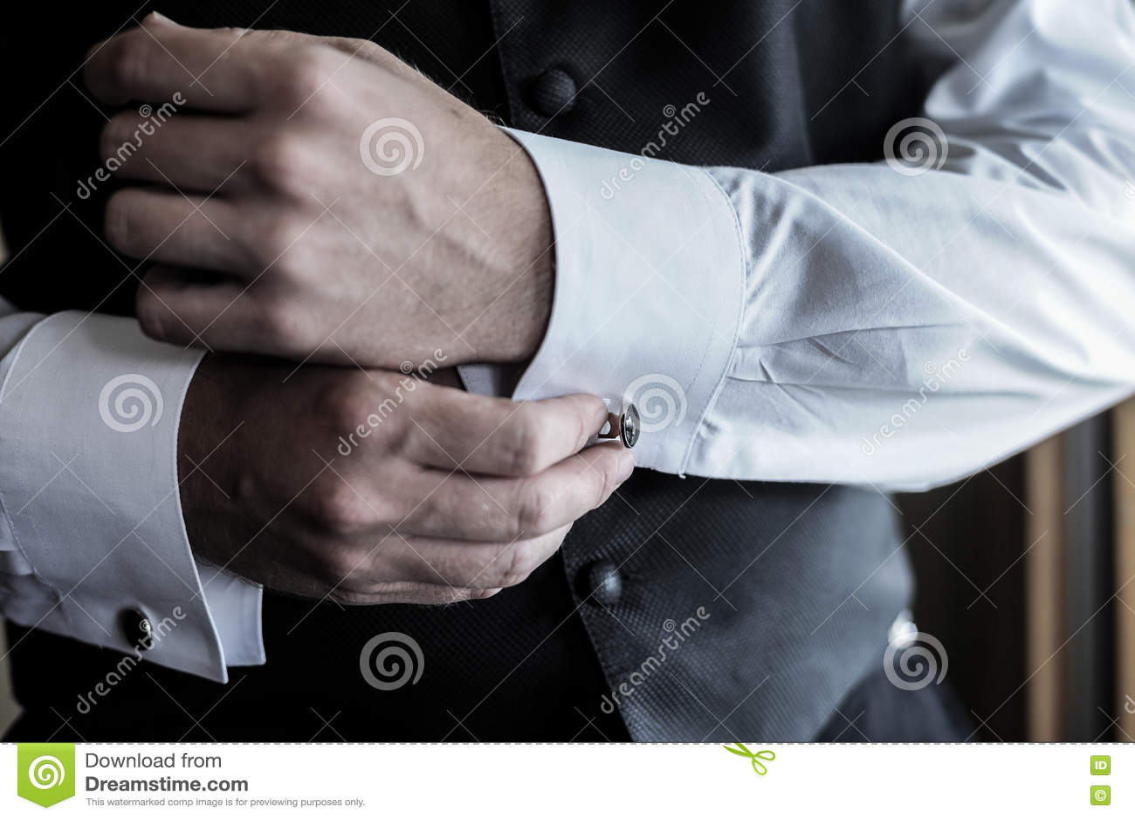 17c546cc4f1c Τα άτομα φορούν ένα πουκάμισο και τα μανικετόκουμπα Στοκ Εικόνα ...