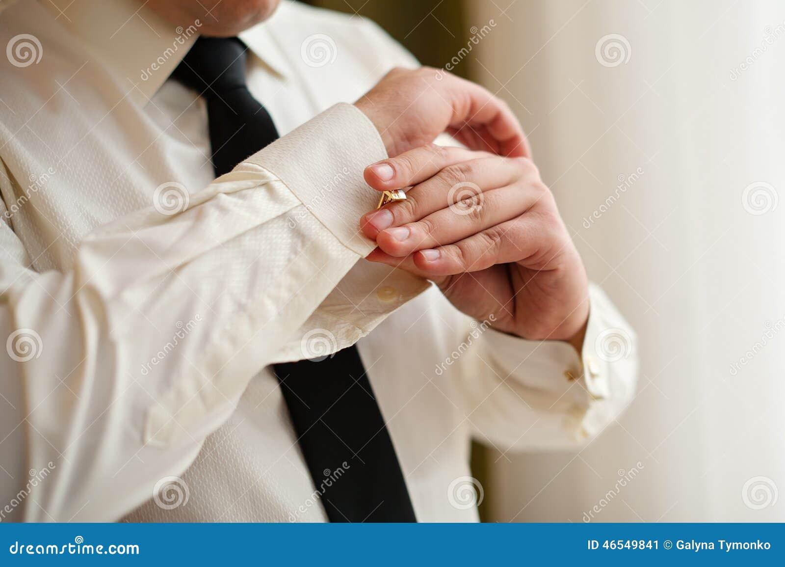 02542ebe1ded Τα άτομα φορούν τα μανικετόκουμπα σε ένα μανίκι πουκάμισων Στοκ ...