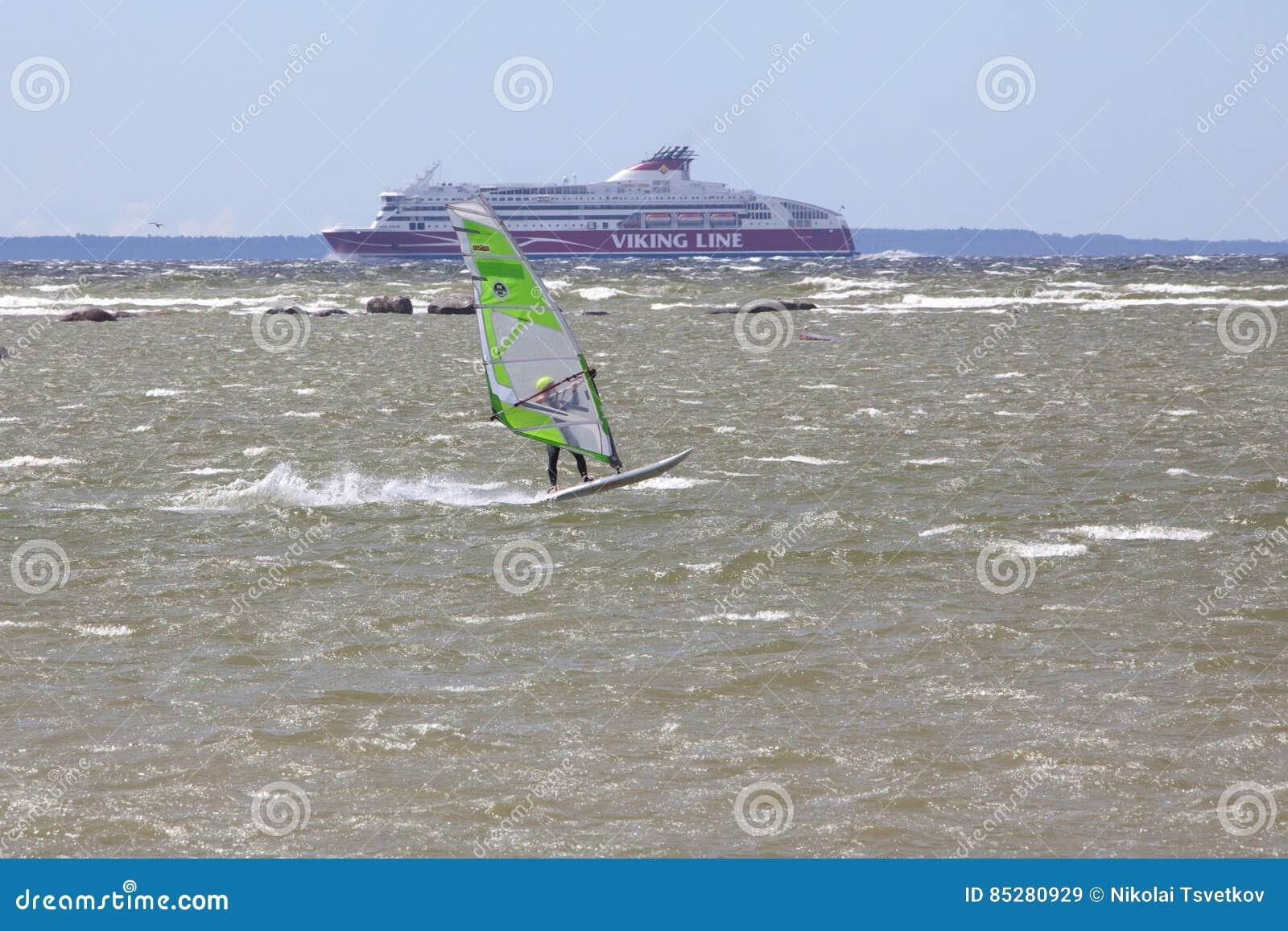 Ταλίν, Εσθονία - 10 Ιουλίου: Αέρας που κάνει σερφ στη θάλασσα της Βαλτικής Ταλίν,