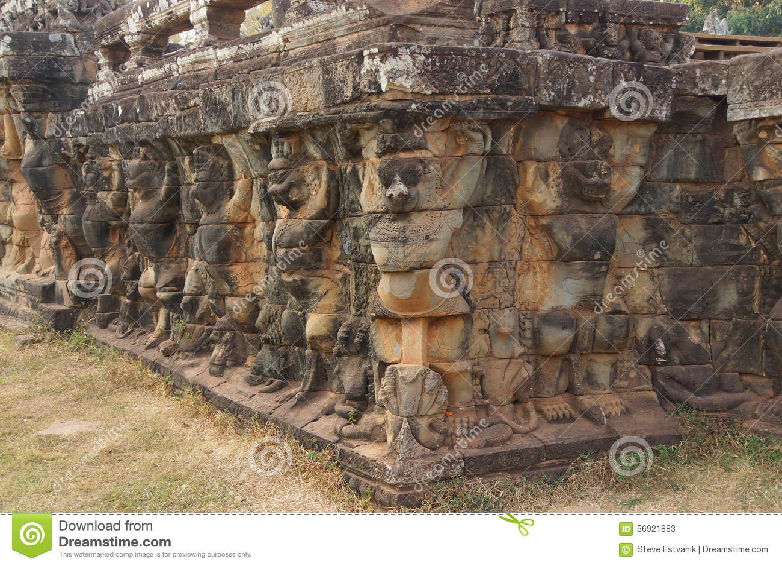 Τα αγάλματα Garuda διακοσμούν τους τοίχους
