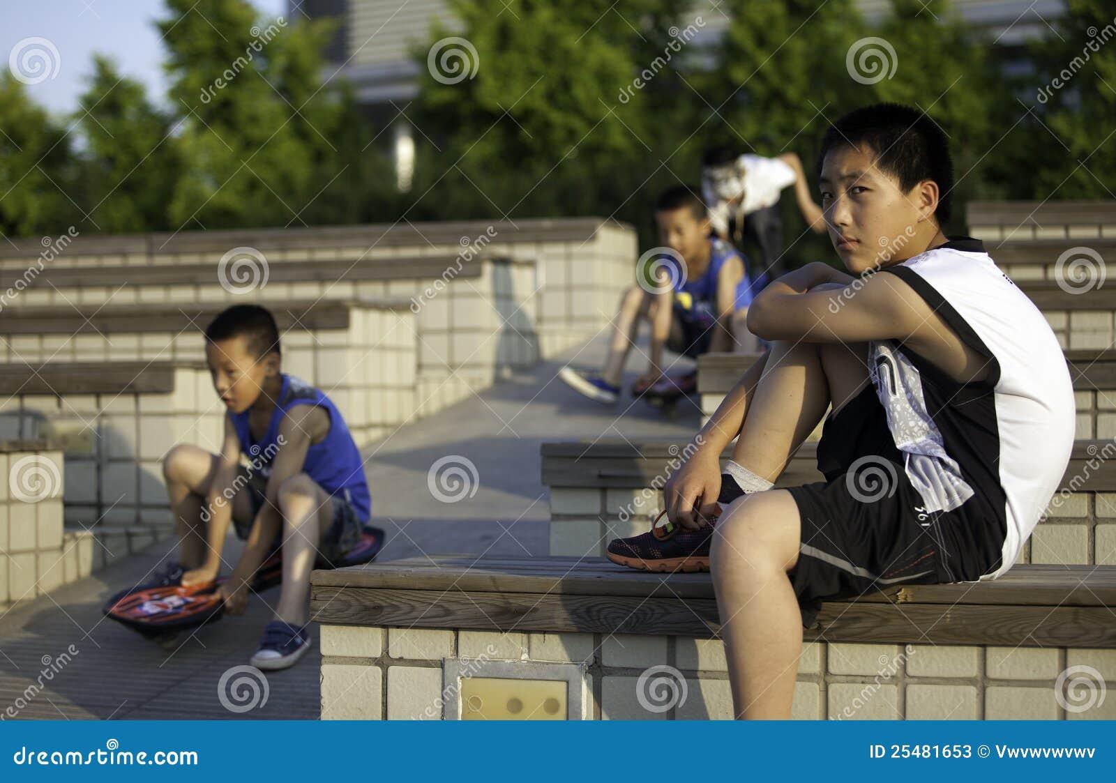 τα αγόρια σταθμεύουν το παιχνίδι