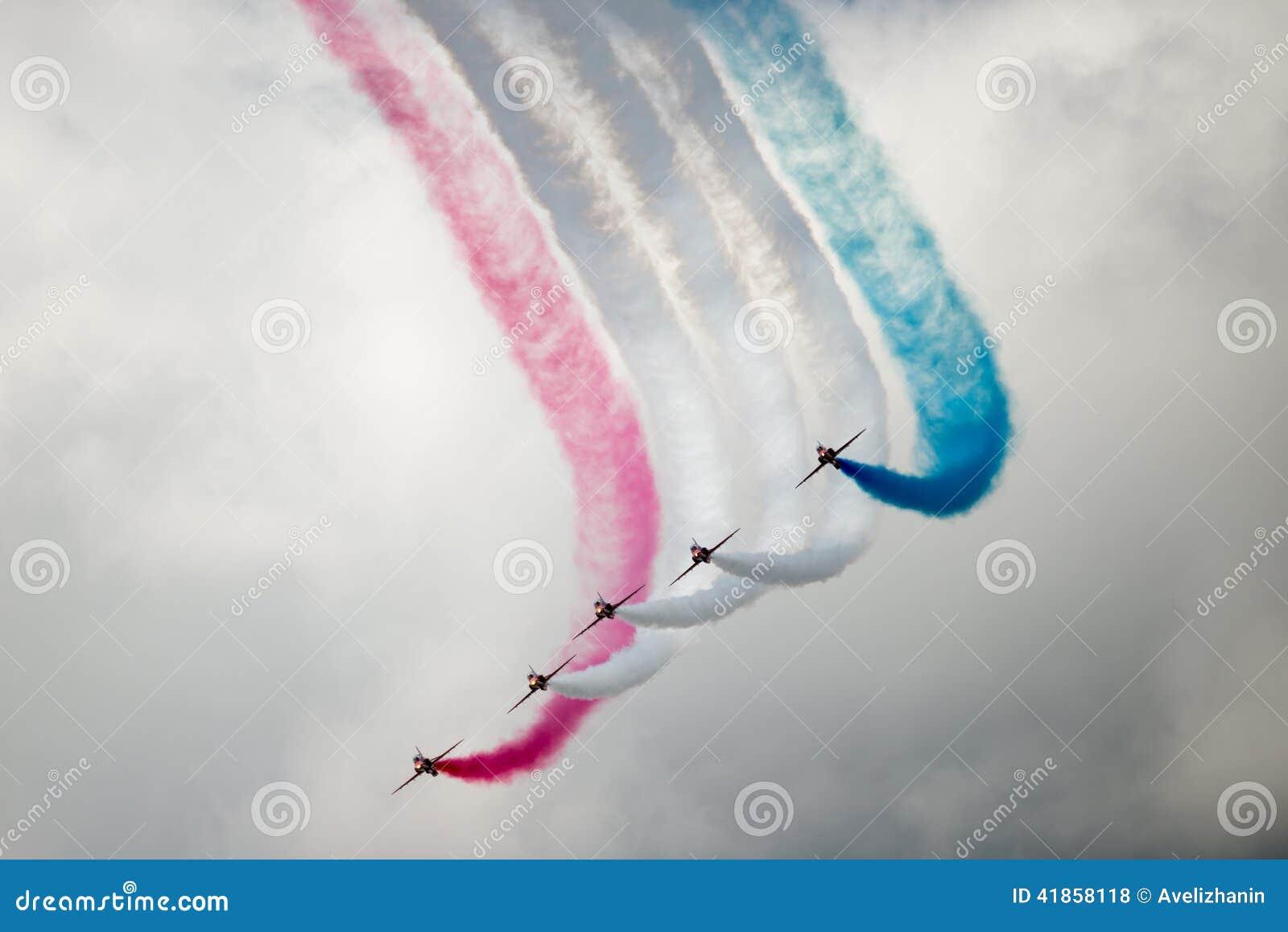 Τα αεριωθούμενα αεροπλάνα T1 γερακιών στον αέρα παρουσιάζουν