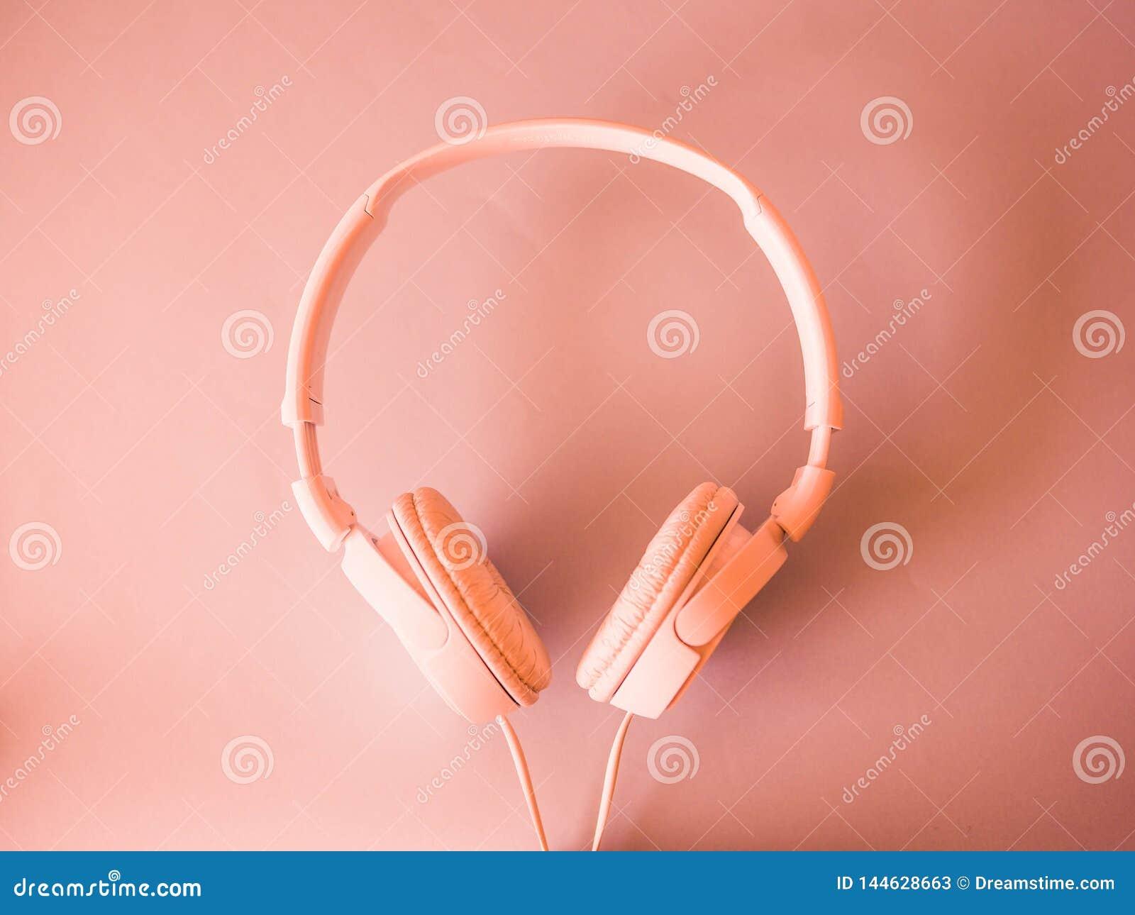 Τα ακουστικά βρίσκονται υπόβαθρο