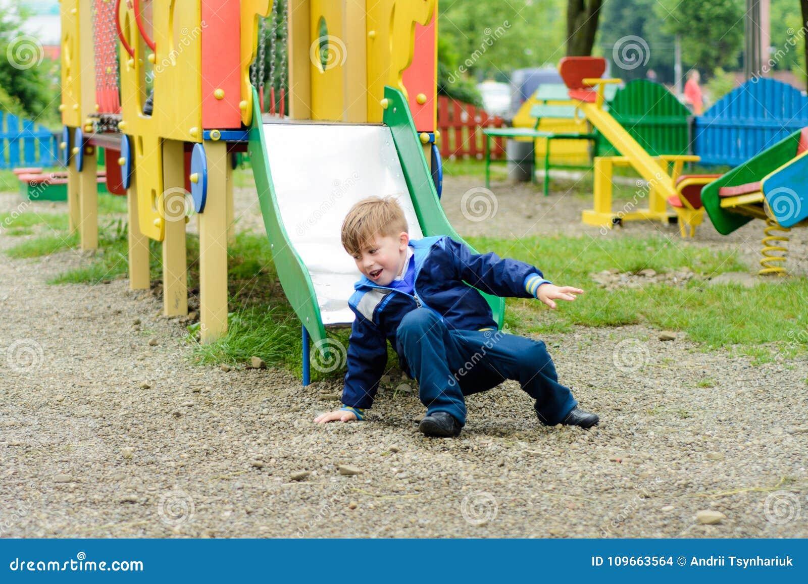 Τα αστεία παιδιά παίζουν σε μια παιδική χαρά παιδιών ` s