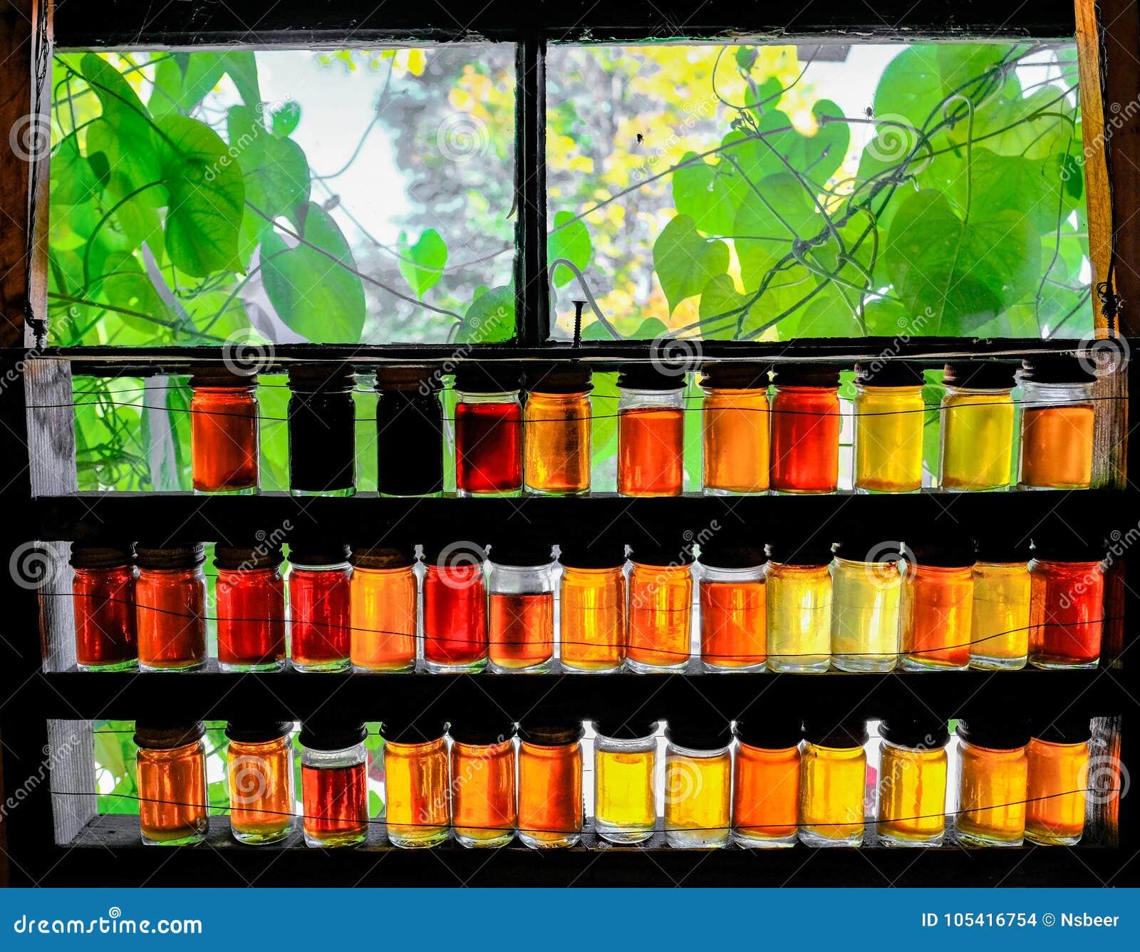Τα βάζα των διαφορετικών σιροπιών σφενδάμνου δύναμης που βλέπουν σε ένα παράθυρο σε ένα σιρόπι σφενδάμνου καλλιεργούν