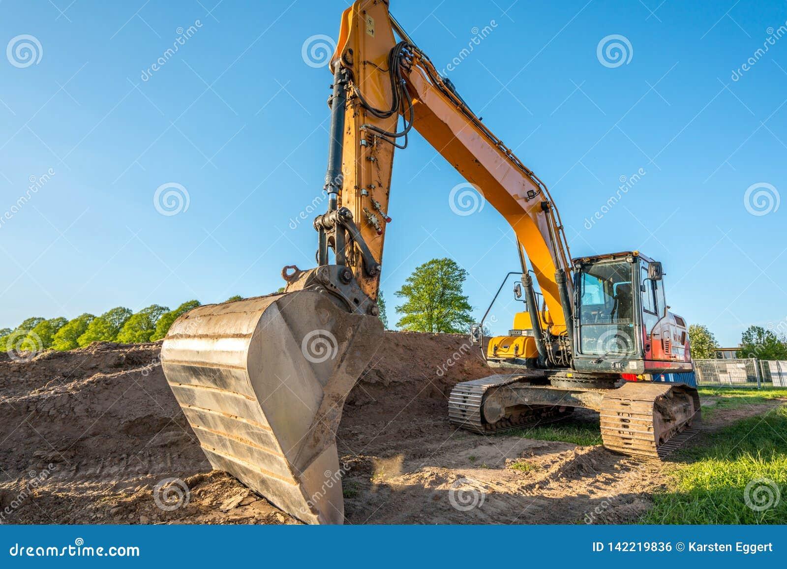 Τα βαριά μηχανήματα κατασκευής εκτελούν την εργασία για ένα εργοτάξιο οικοδομής