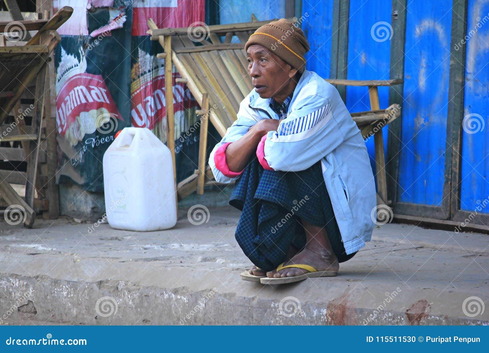 Τα βιρμανός άτομα εξετάζουν κάτι