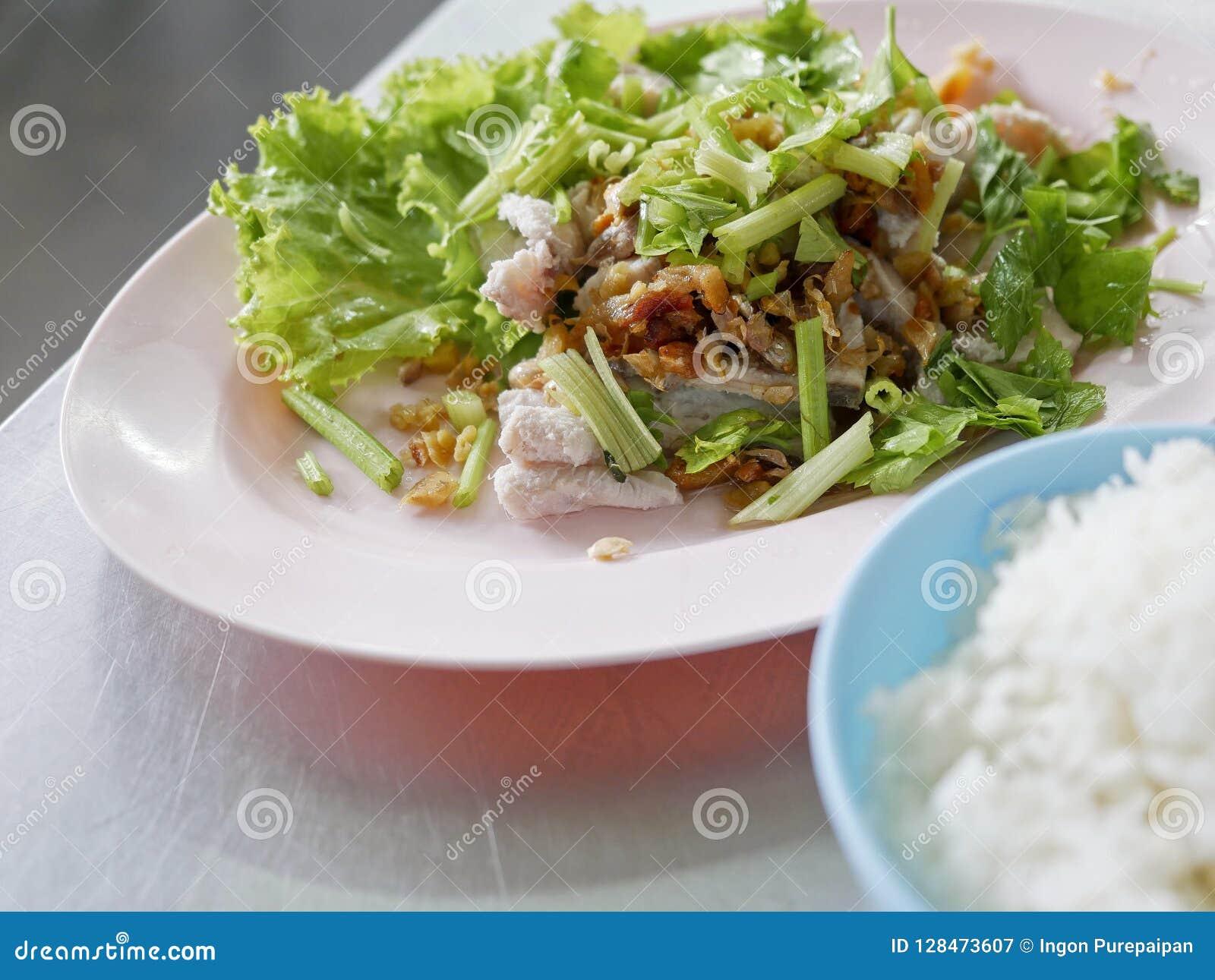 Τα βρασμένα ψάρια βυθίζουν με τη σάλτσα και τις φυτικές, βρασμένες πέρκες θάλασσας με το ρύζι