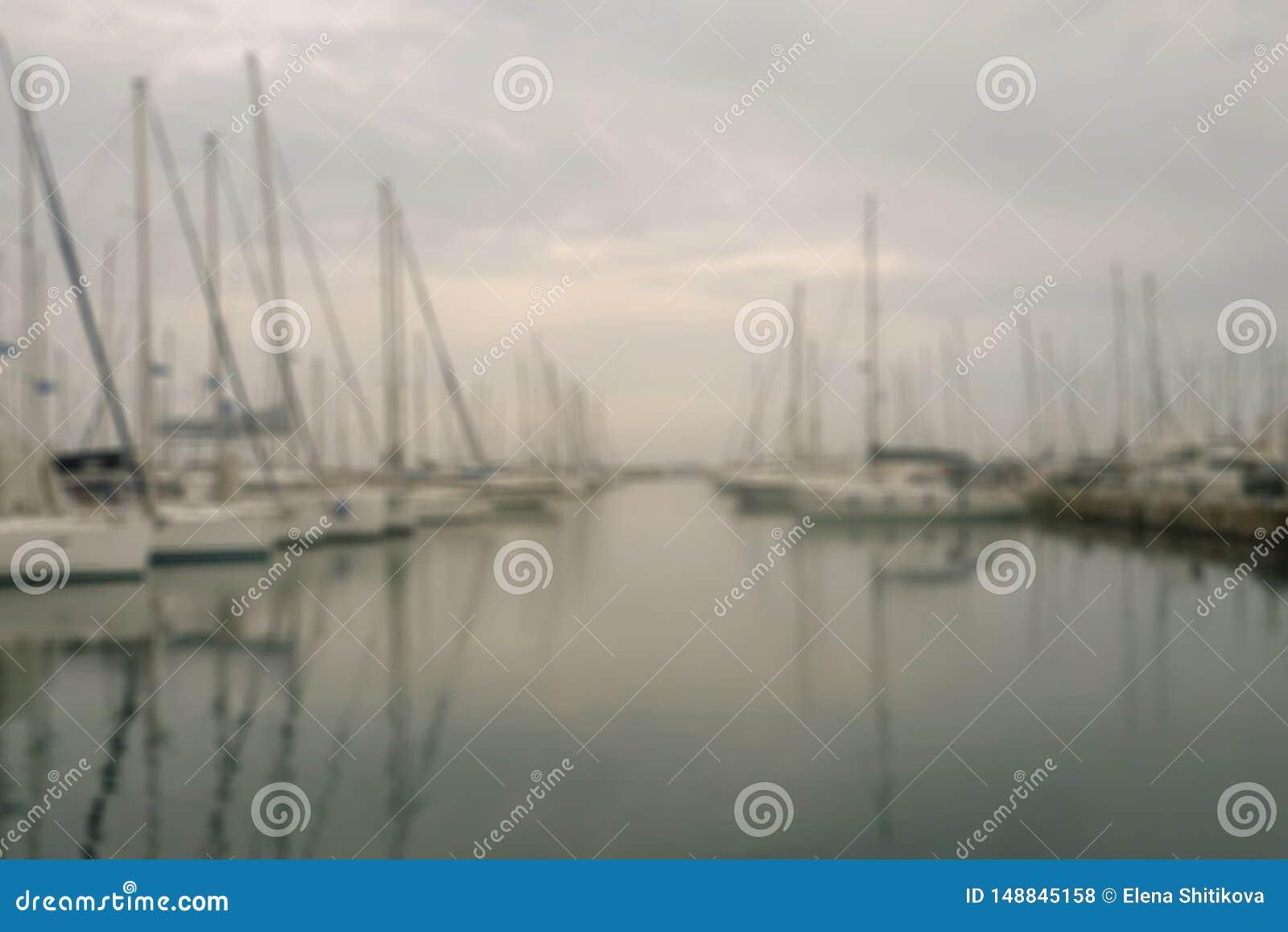 Τα γιοτ και οι βάρκες είναι στην αποβάθρα το πρωί στην ομίχλη :