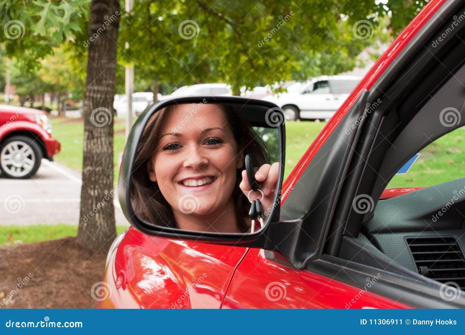 τα ελκυστικά πλήκτρα εκμετάλλευσης brunette αντανακλούν το όχημα