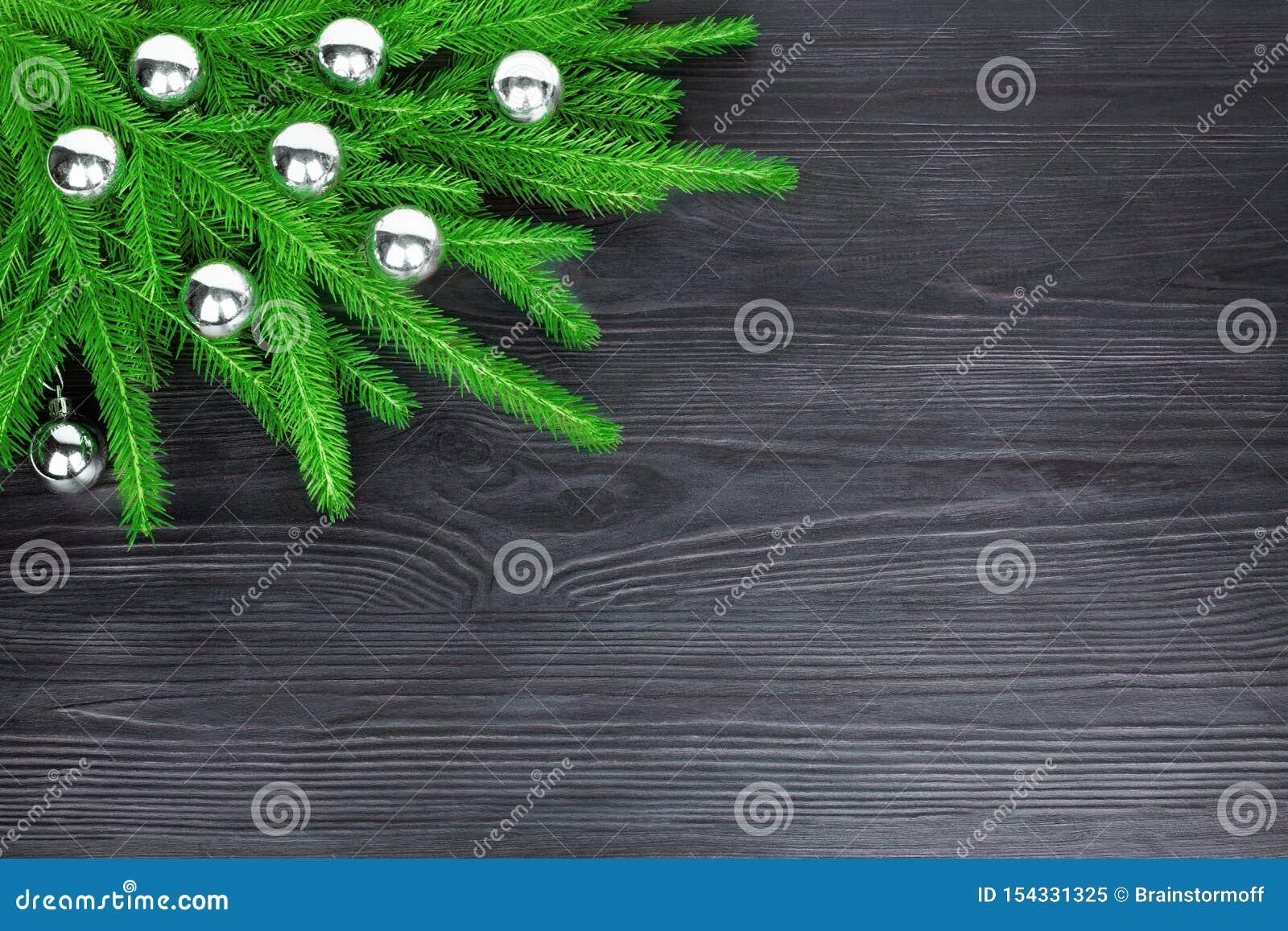 Τα εορταστικά σύνορα γωνιών Χριστουγέννων, νέο διακοσμητικό πλαίσιο έτους, ασημένιες διακοσμήσεις σφαιρών γυαλιού στο πράσινο έλα