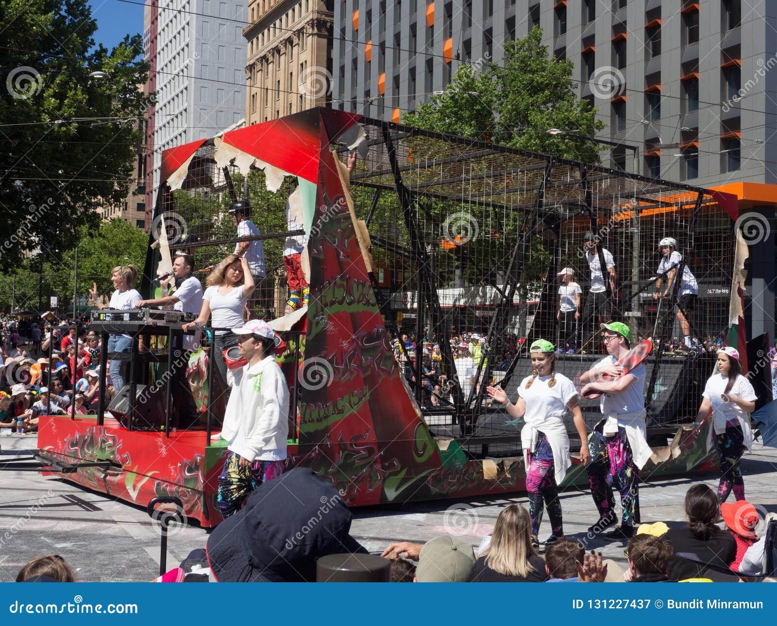 """Τα επιπλέοντα σώματα φαντασίας """"που κάνουν σκέιτ μπορντ το έδαφος στο κλουβί χάλυβα """"αποδίδουν στην παρέλαση θεάματος Χριστουγένν"""