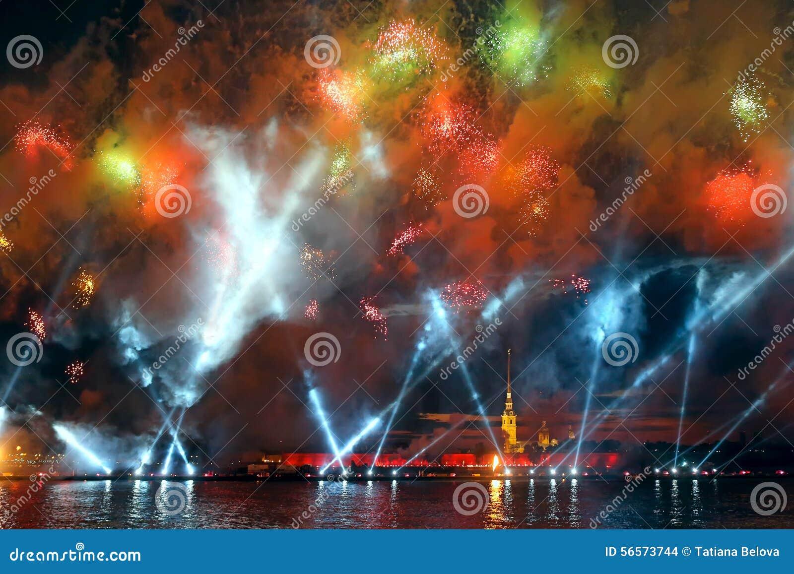 Download Τα ερυθρά πανιά εορτασμού παρουσιάζουν κατά τη διάρκεια του άσπρου φεστιβάλ νυχτών Εκδοτική Στοκ Εικόνα - εικόνα από βράδυ, εορτασμός: 56573744